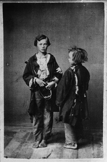 Två barn från Trasskolan. Trasskolan var ett skolhem för fattiga,  vanartade (missanpassade eller ouppfostrade) och vanvårdade pojkar. Stockholm, 1870. Fotograf: Alfred Jonsson