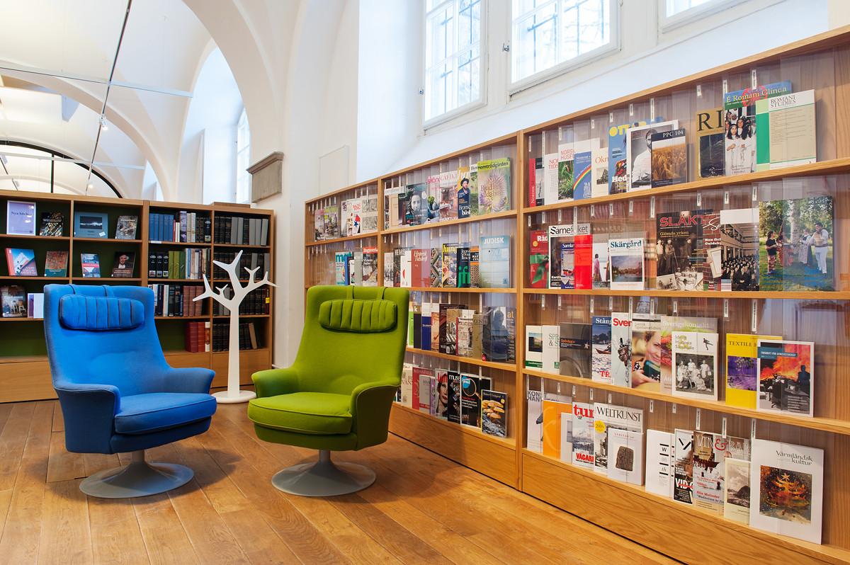 Foto av hyllor i Nordiska museets bibliotek