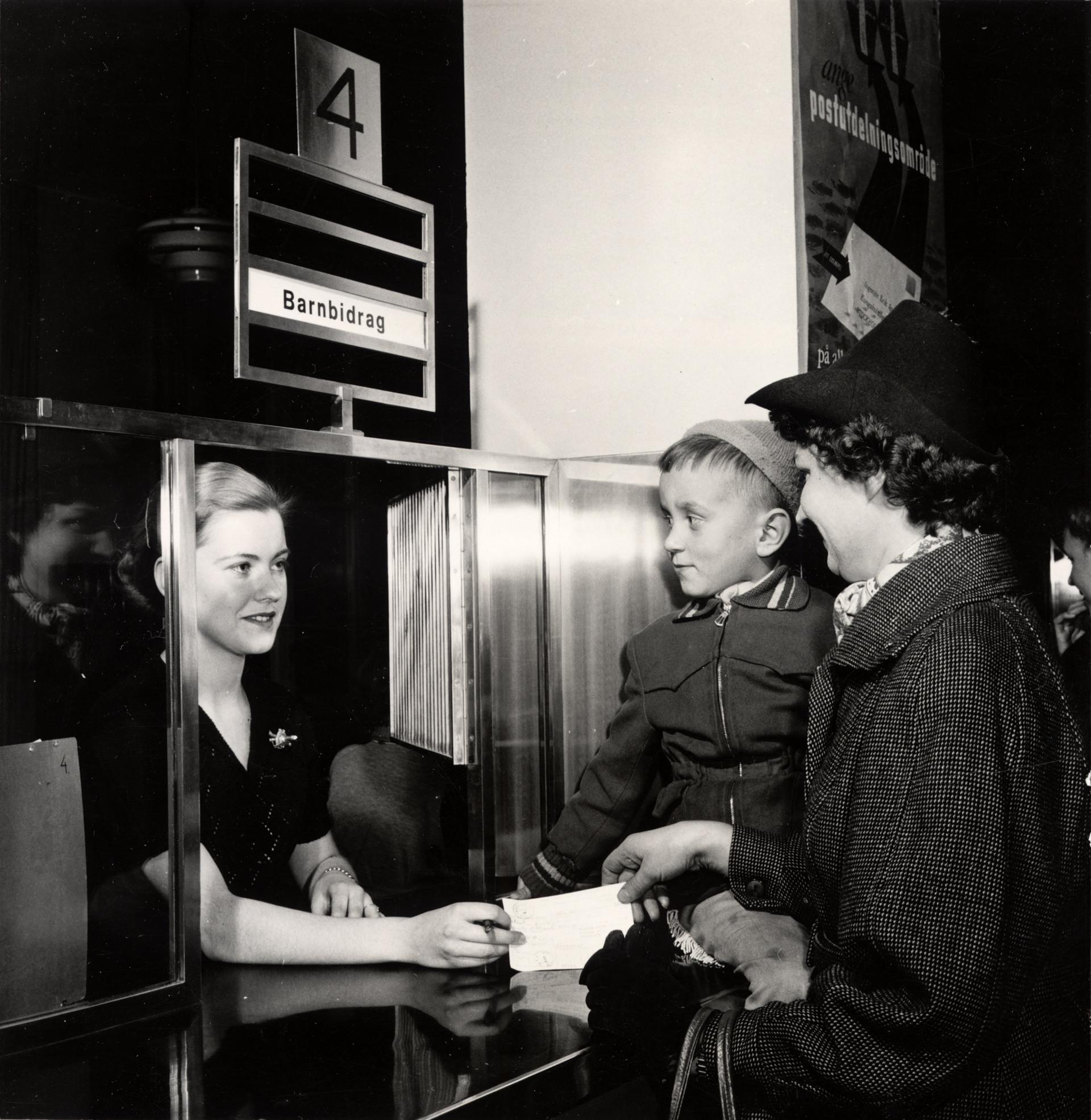 Utbetalning av barnbidrag. Foto: Karl Heinz Hernried, © Nordiska museet
