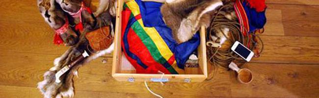 Informationslåda med föremål från samisk kultur