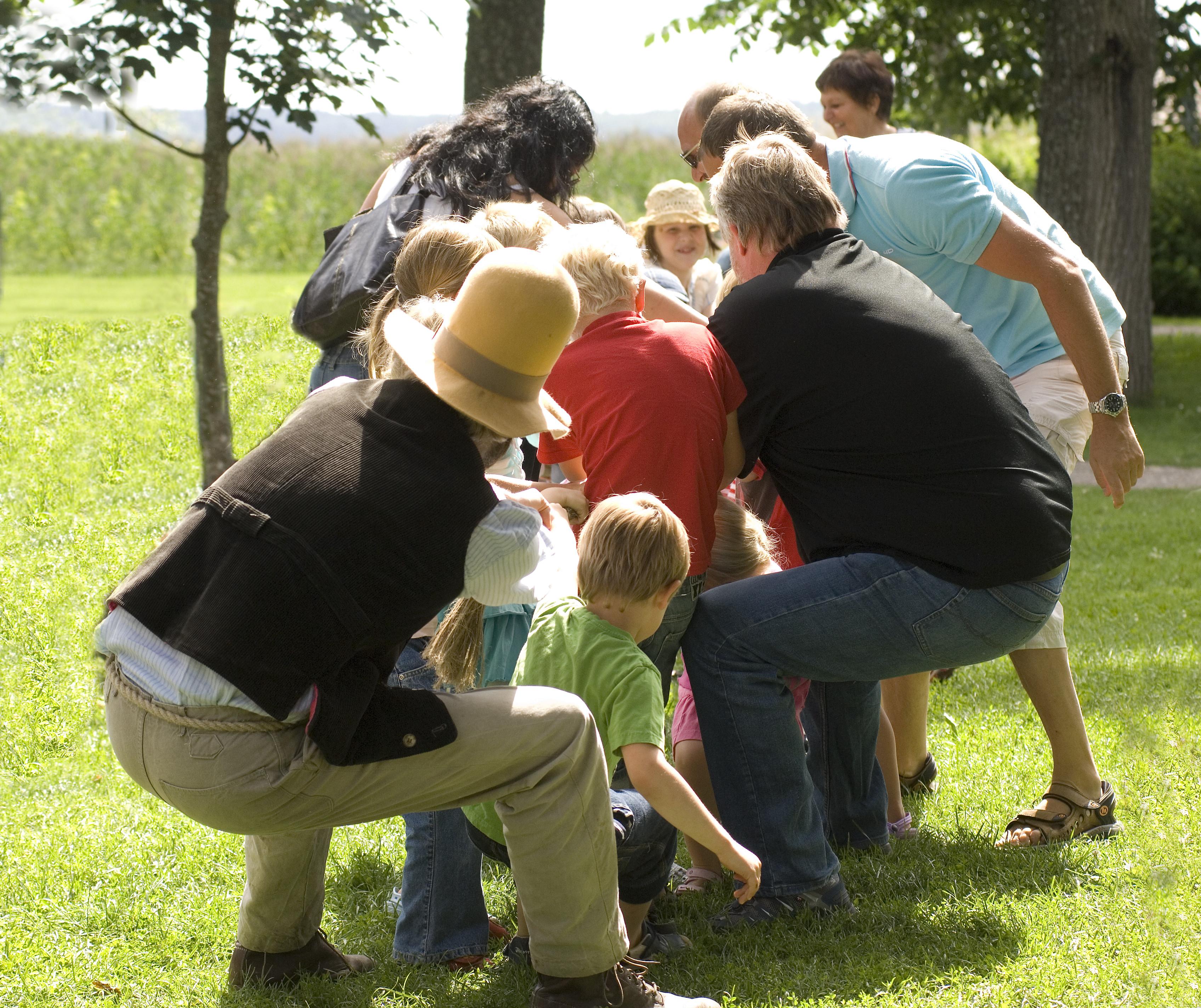 Barn och vuxna leker med Pettson och Findus