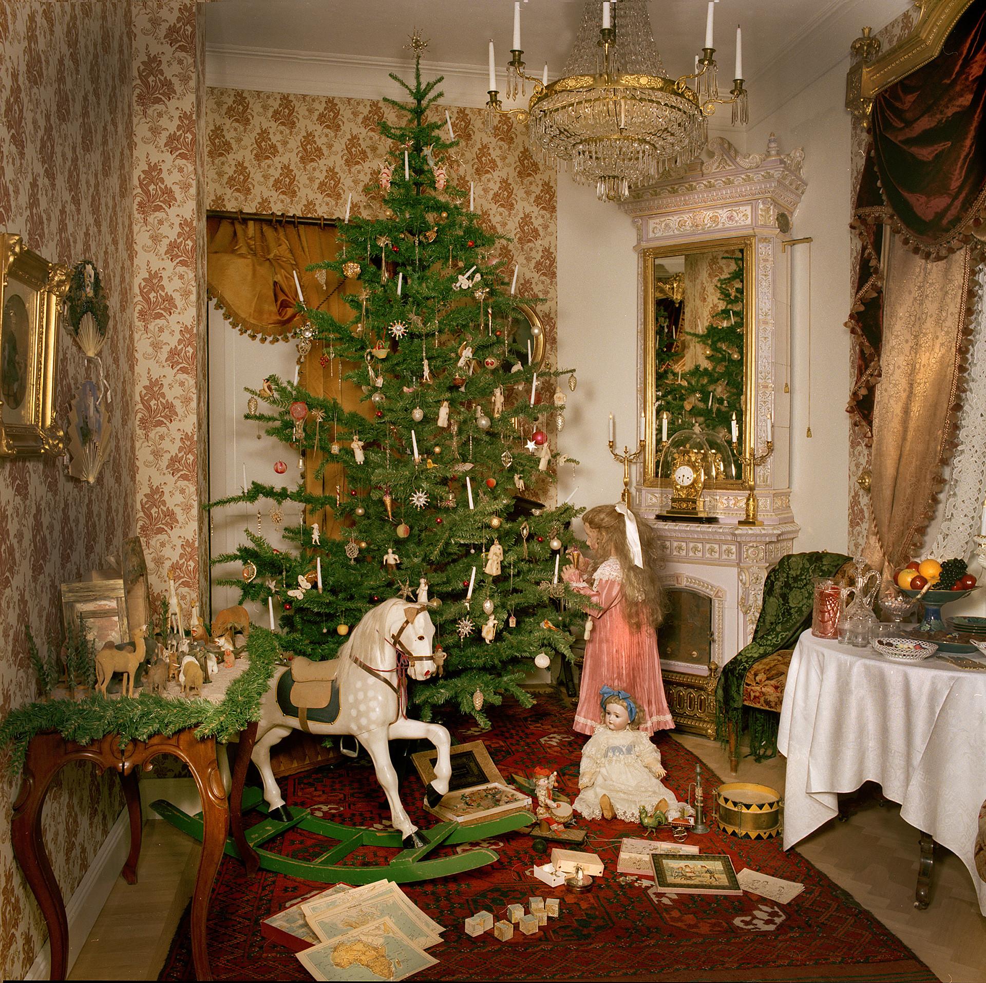 Julaftonsinteriör från ett högborgerligt hem på 1890-talet i utställningen Traditioner.