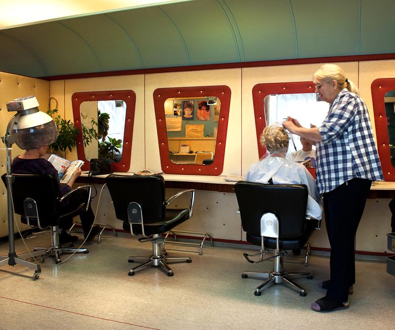 Frisörsalongen i Björkhagen innan den monterades ner och flyttades in i utställningen. Foto: Peter Segemark, © Nordiska museet.