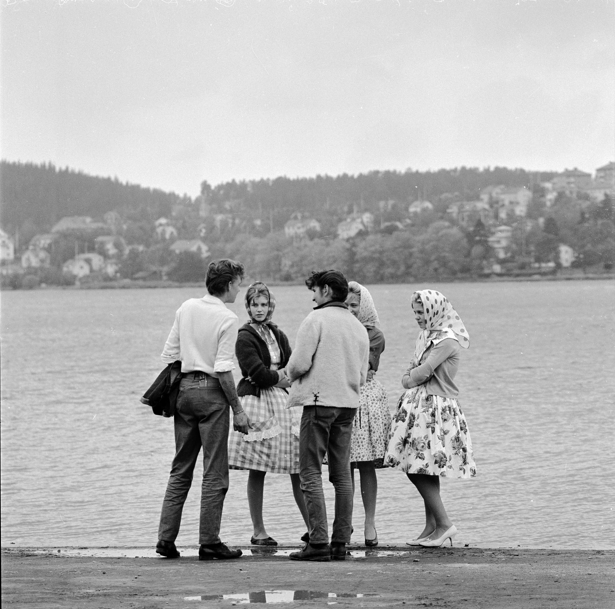 Fem ungdomar vid Storsjöns strand. Foto: Erik Liljeroth, © Nordiska museet