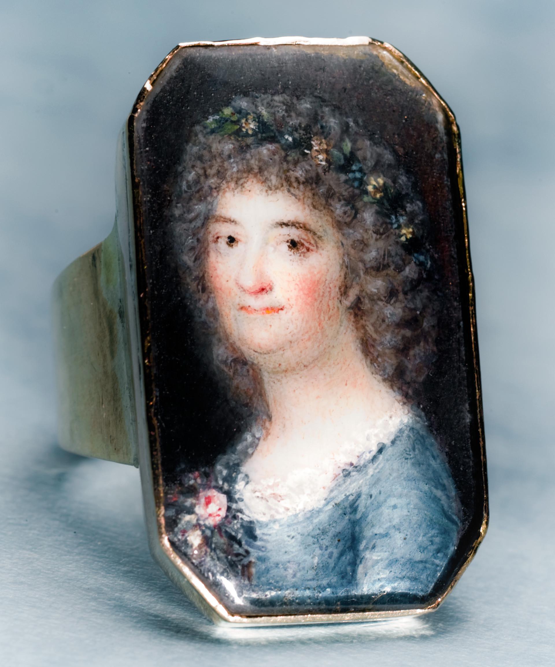 Årstafruns ring Att få sitt porträtt målat var en speciell händelse under det sena 1700-talet. Årstafrun, Märta Helena Reenstierna (1753-1841) hade både ny frisyr och en stor dos tålamod när hon poserade i sammanlagt femton timmar för detta porträtt år 1796. Ringen var en namnsdagspresent till maken, Christian Henrik von Schnell den 13 november 1796. Bilden är det hittills enda kända porträttet av Årstafrun. Porträttet är målat på ben av marinofficeren och miniatyrmålaren Jacob Henric Röngren. Infattningen gjordes av juveleraren Nils Hoffsten i Stockholm.