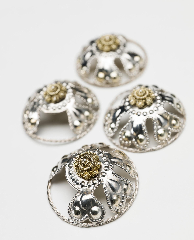 Maljor Bondkvinnans livstycke eller klänningsliv snördes framtill med en kedja eller ett band genom maljor, eller så hölls det samman av spännen och hakar. Maljorna på bilden är av silver tillverkade och använda i Skåne på 1800-talet.