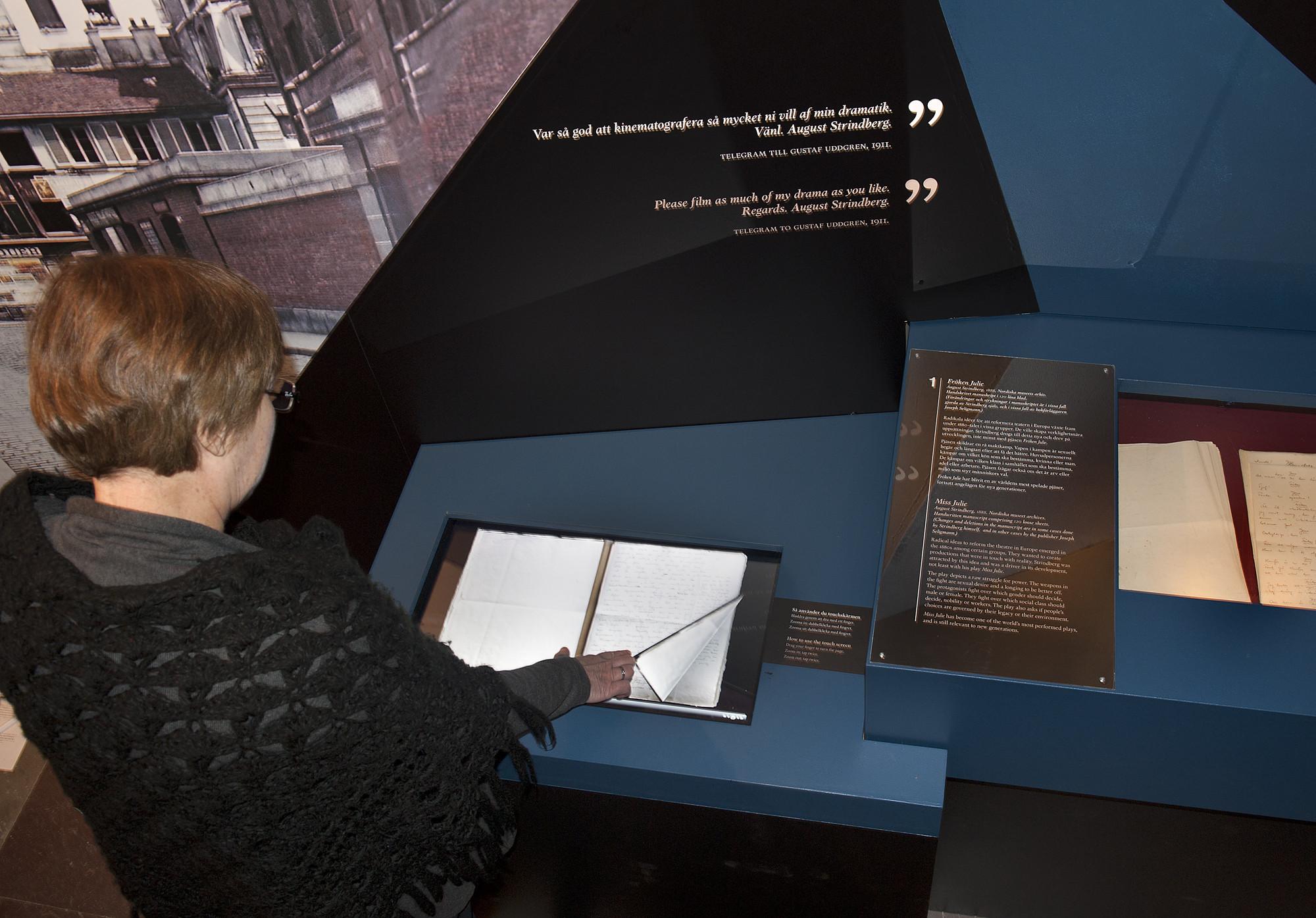 Bild från utställningen. Originalmanuskript i monter samt digital kopia att bläddra i.