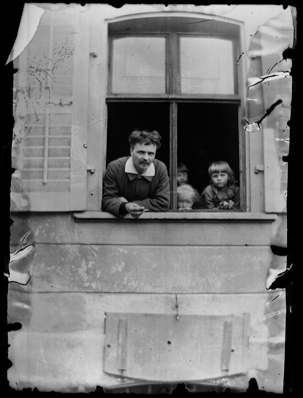 Självporträtt med Strindbergs och Siri von Essens barn Greta, Hans och Karin.