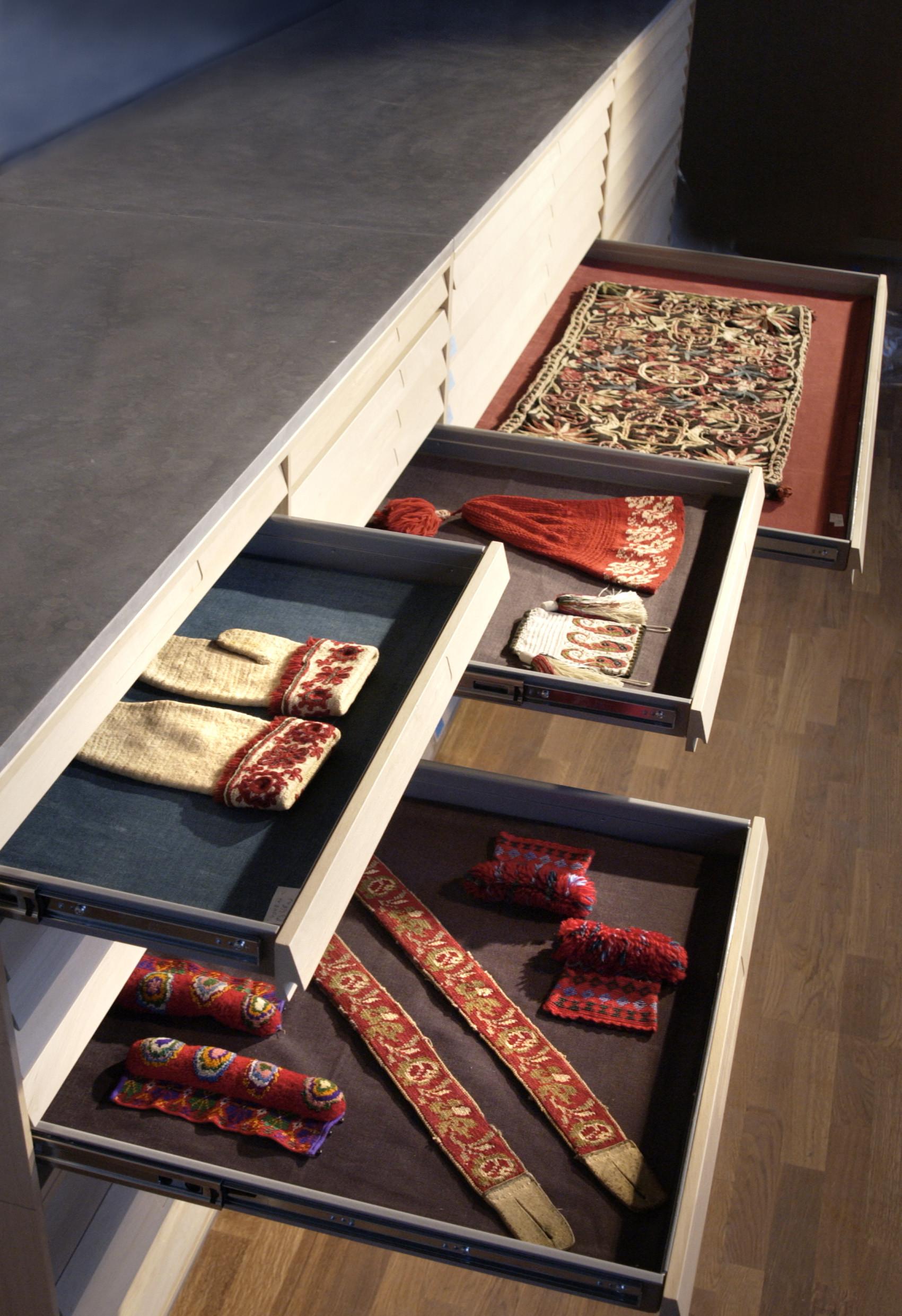 Draglåda I draglådorna kommer man riktigt nära textilierna. Foto: Mats Landin, ©Nordiska museet.