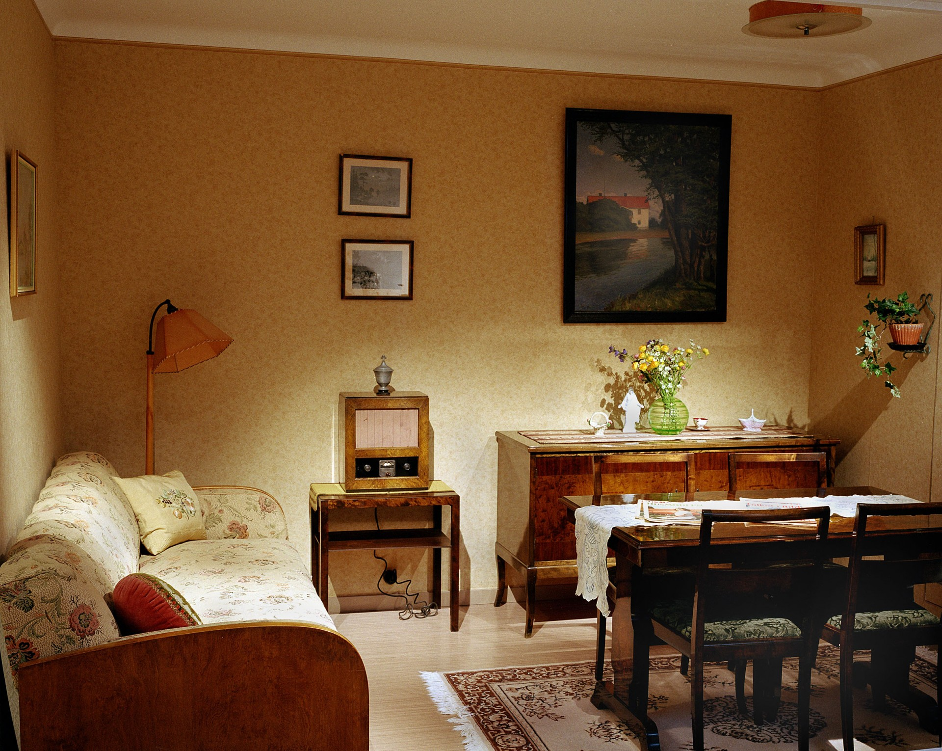 Interiör i utställningen. Del av ett vardagsrum eller finrum i en lägenhet i ett flerfamiljshus från 1939. Foto: Peter Segemark/ Nordiska museet.