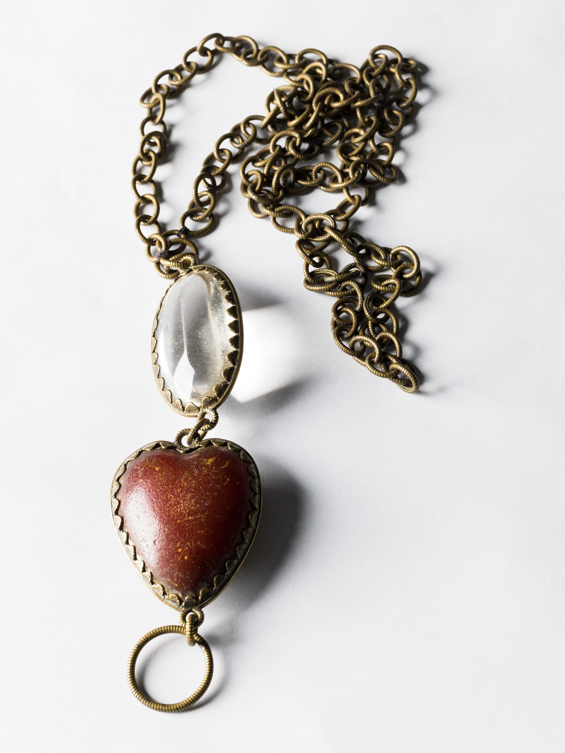 Smyckenas material, form och färg var förr viktiga för skydd och kraft. Bärnstenssmycken har varit en vanlig faddergåva till nyfödda, också som skydd mot oknytt eller troll. Bergkristall ansågs helande. Hjärtformade smycken var ofta fästmansgåvor.  Kedjan av brons, med hängen av bergkristall och oxhud är tillverkad omkring 1650-1750. Det är ett jordfynd från Långlöts prästgård, Öland. Foto: Mats Landin/ Nordiska museet.