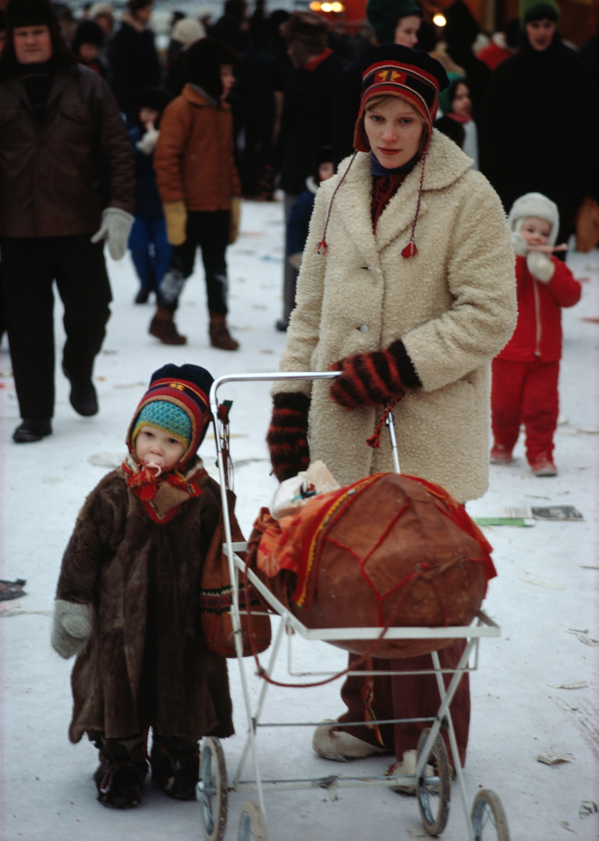 A woman and her child at Jokkmokk's winter market, 1972. Photo: Rolf Kjellström/ Nordiska museet