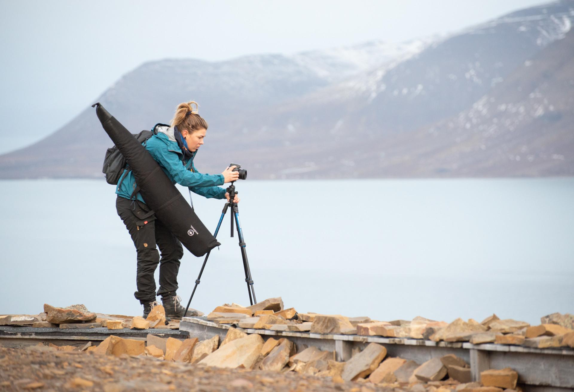 Camilla Andersen förbereder fotografering vid sjö