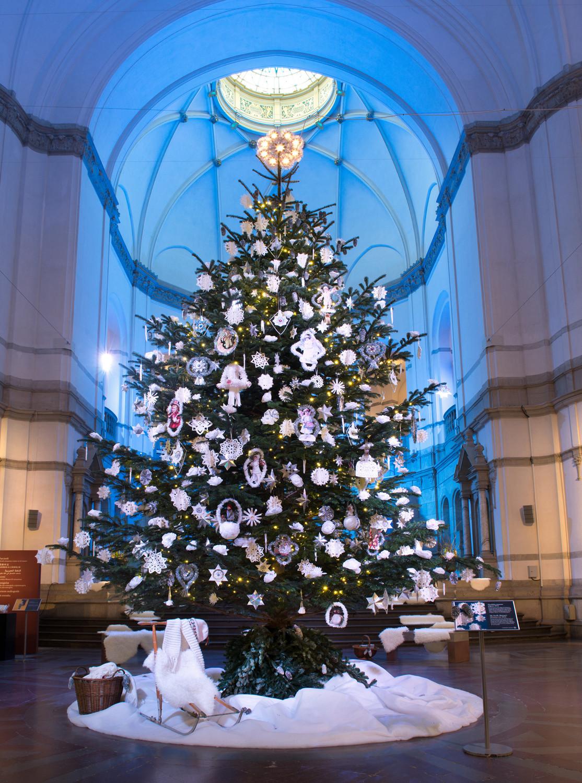 Julgranen i museets stora hall. Foto: Peter Segemark/ Nordiska museet