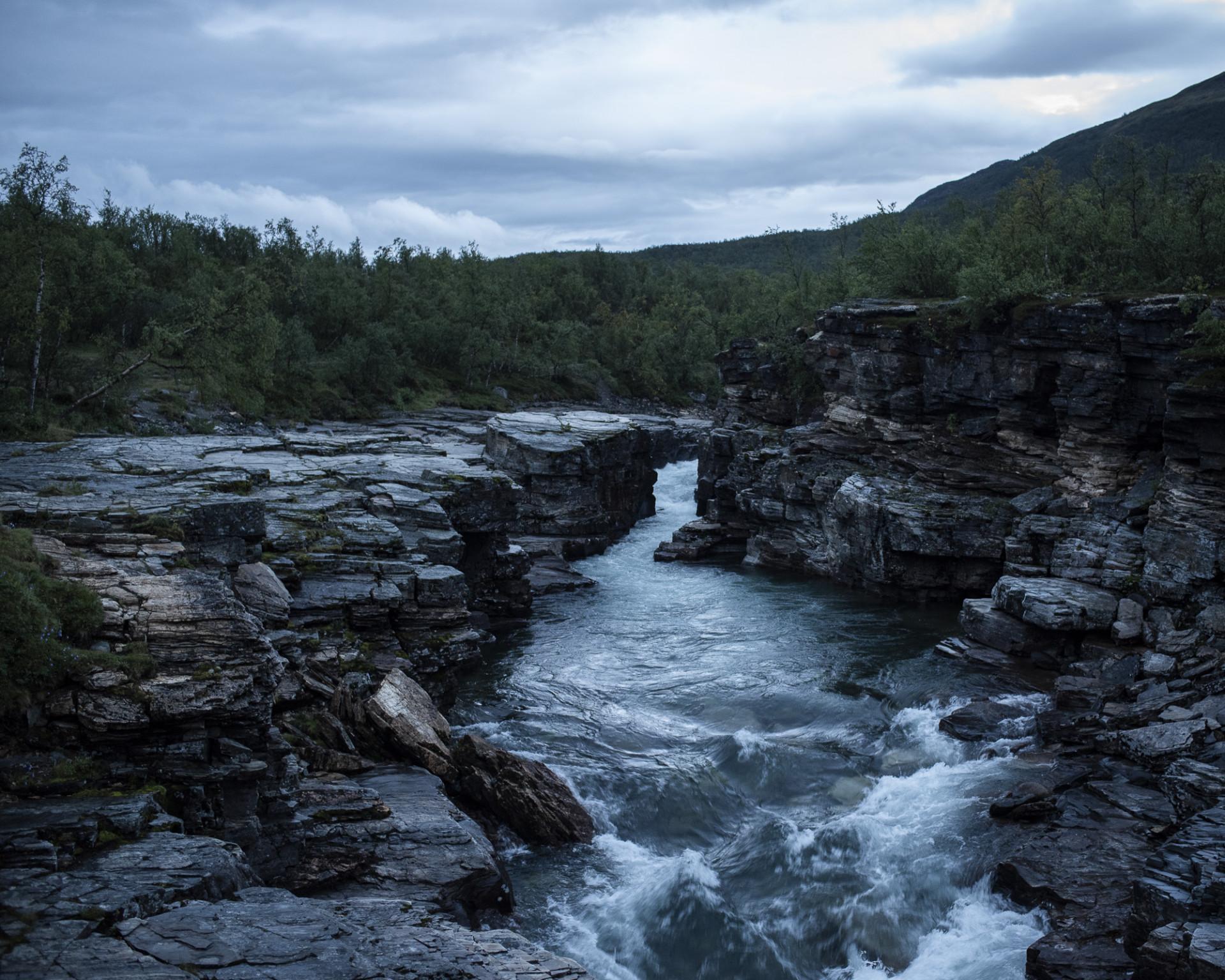Ett strömt vattenfall med skog och karga klippor runtomkring. Foto: Camilla Andersen/ Nordiska museet