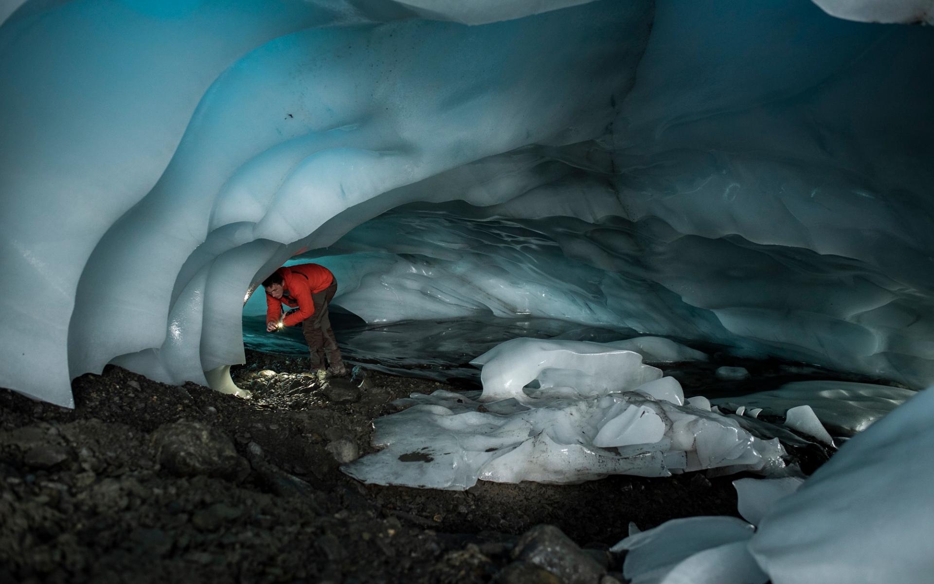 Man i en grotta av is, Abisko, Sverige