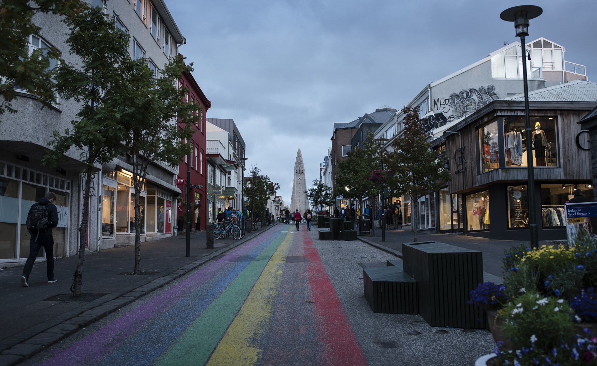 Gata i Reykjavik, Island, kantad av hus. I slutet av vägen syns kyrkan Hallgrímskirkja.