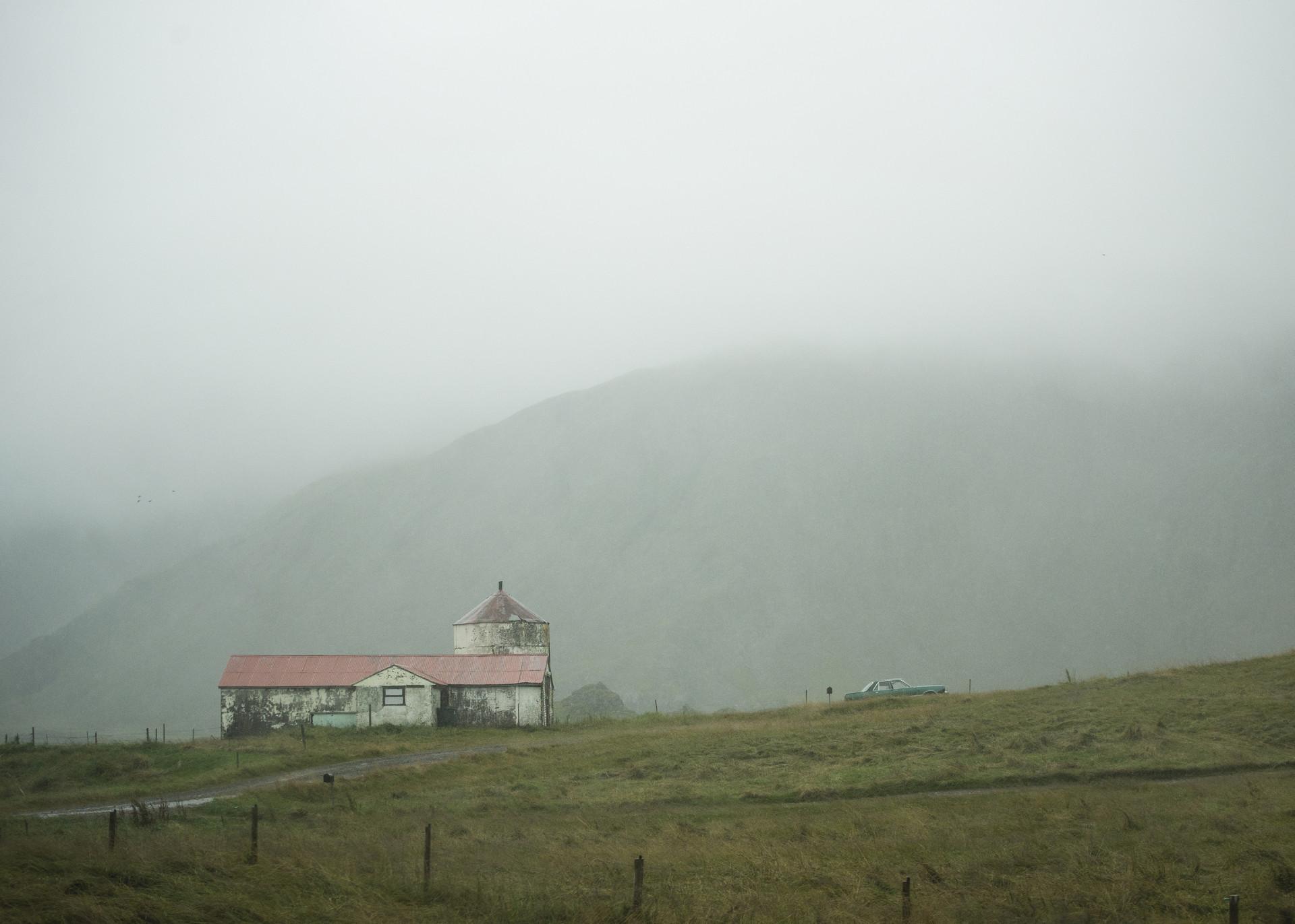 Hus i dimma, grönska runtom. Från Island. Foto Camilla Andersen/ Nordiska museet