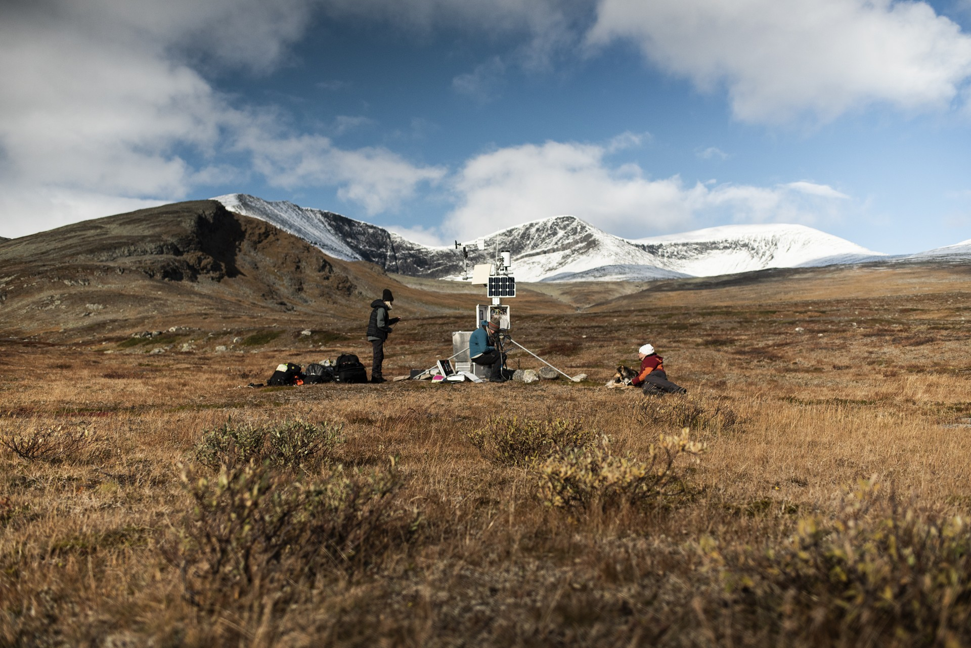 Forskare från Tarfala forskningsstation, Stockholms universitet, installerar mätinstrument i Laevas