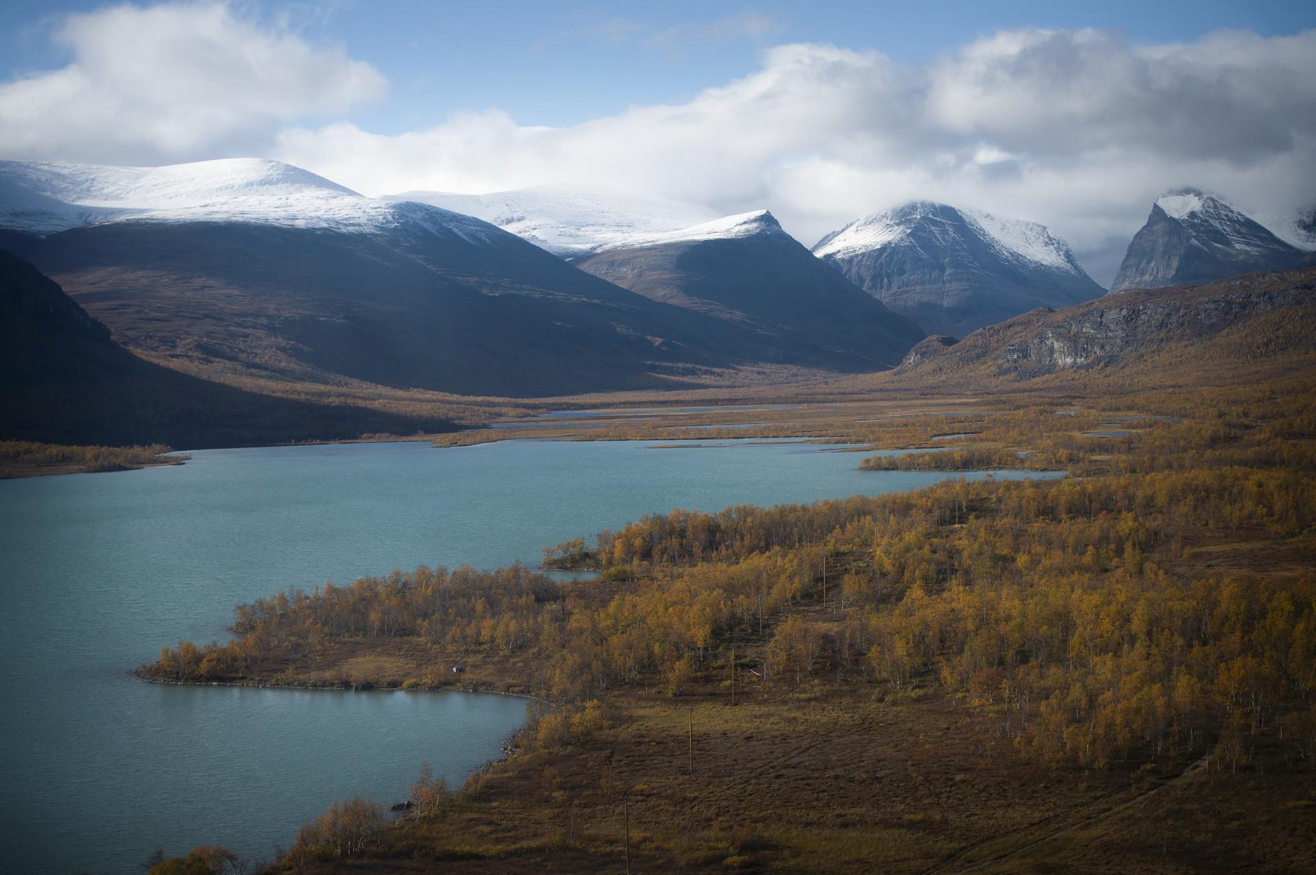 Turkost vatten, brun växtlighet och höga berg i Kebnekaisemassivet. Foto: Camilla Andersen/ Nordiska museet