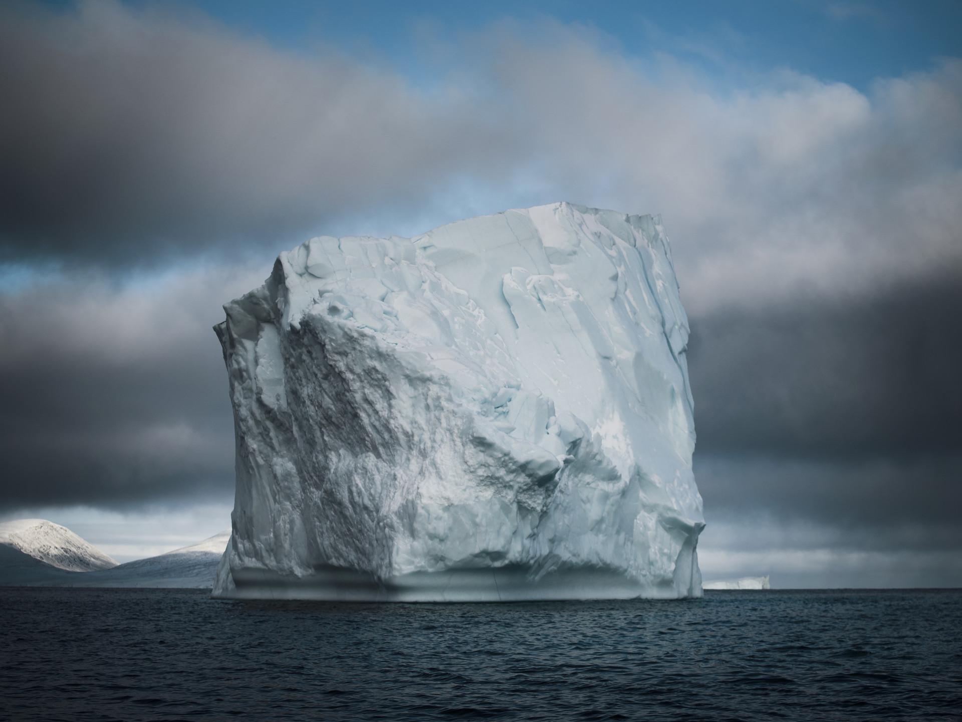 Högt isberg i Clyde River, Kanada