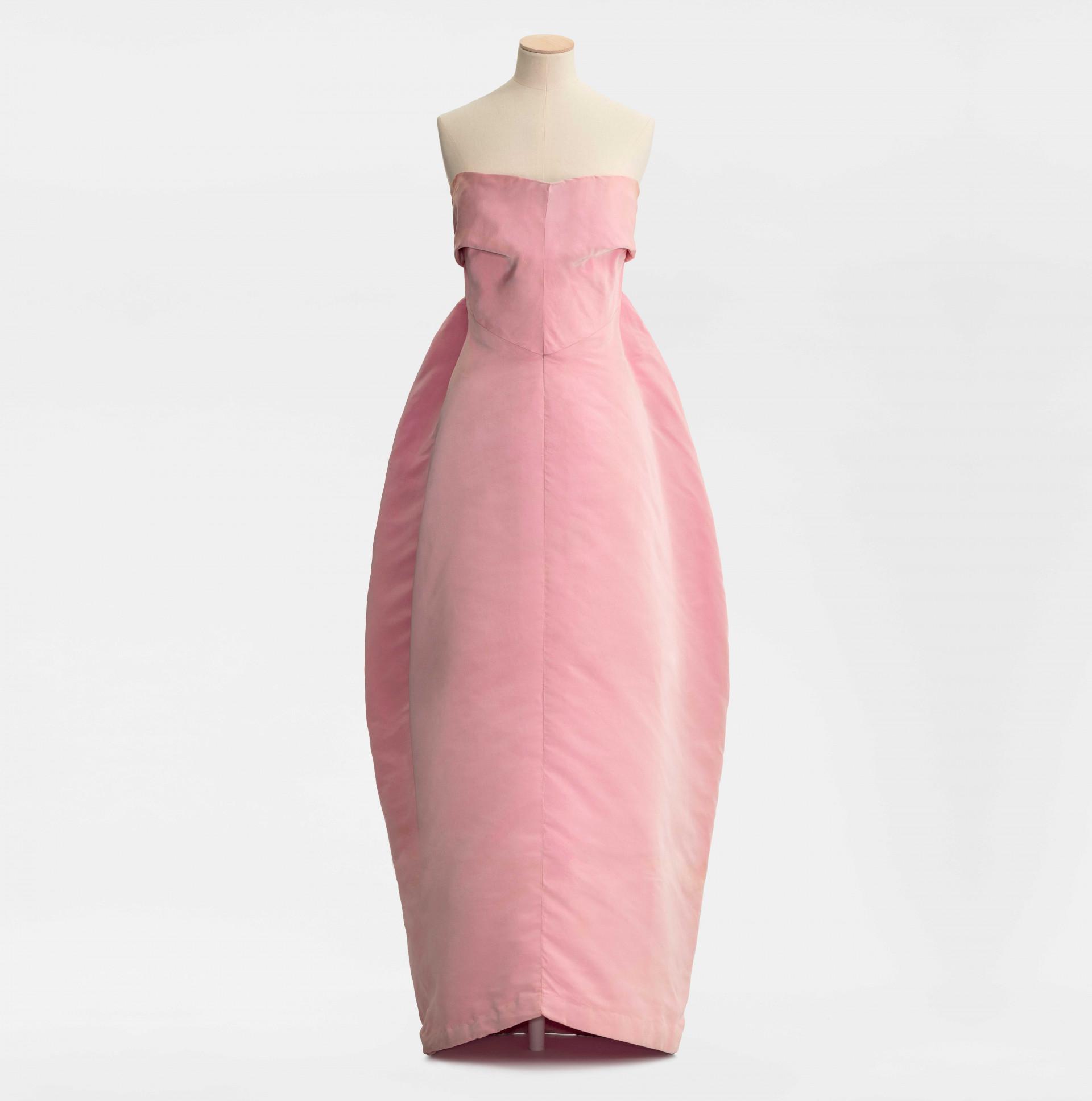 Rosa aftonklänning på provdocka