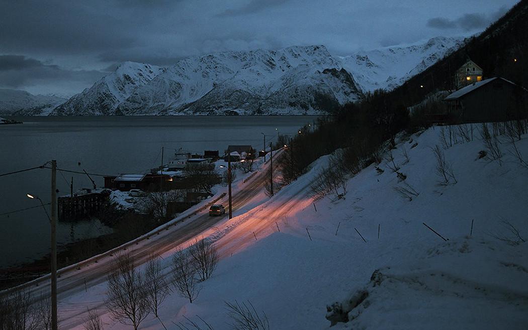 By och väg vid fjord, mörkt