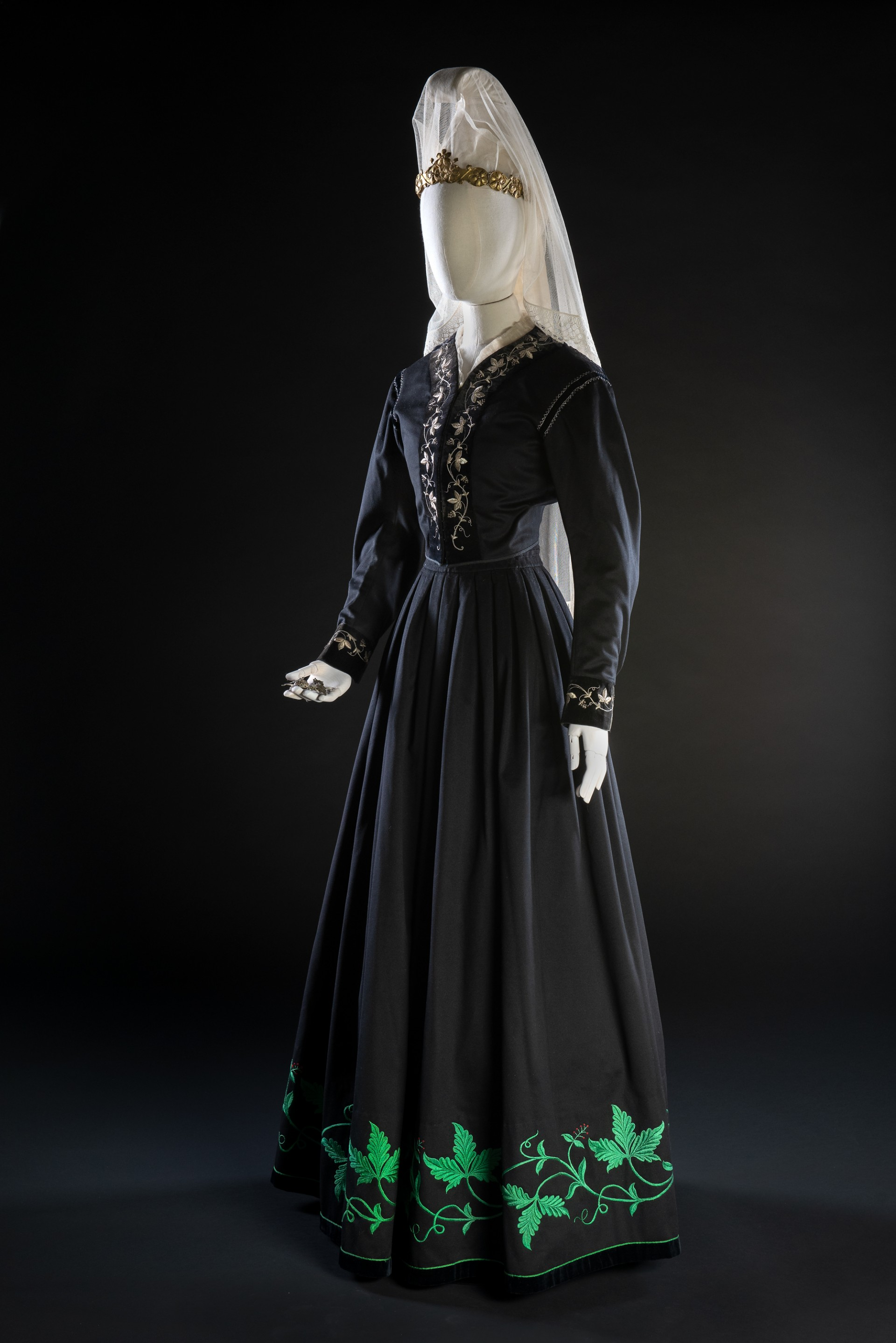 Icelandic formal dress for women consists of a bodice, skirt and jacket. With it, one wore black shoes, knee-length socks, a diadem, a veil and a head covering. An apron was often worn over the skirt, too. The appearance of the outfit may vary slightly, but since the 1850s, it typically looks like this. Formal outfit from Iceland. Acquired by Nordiska museet 1882. NM.0035071A-H. Photo: Nordiska museet