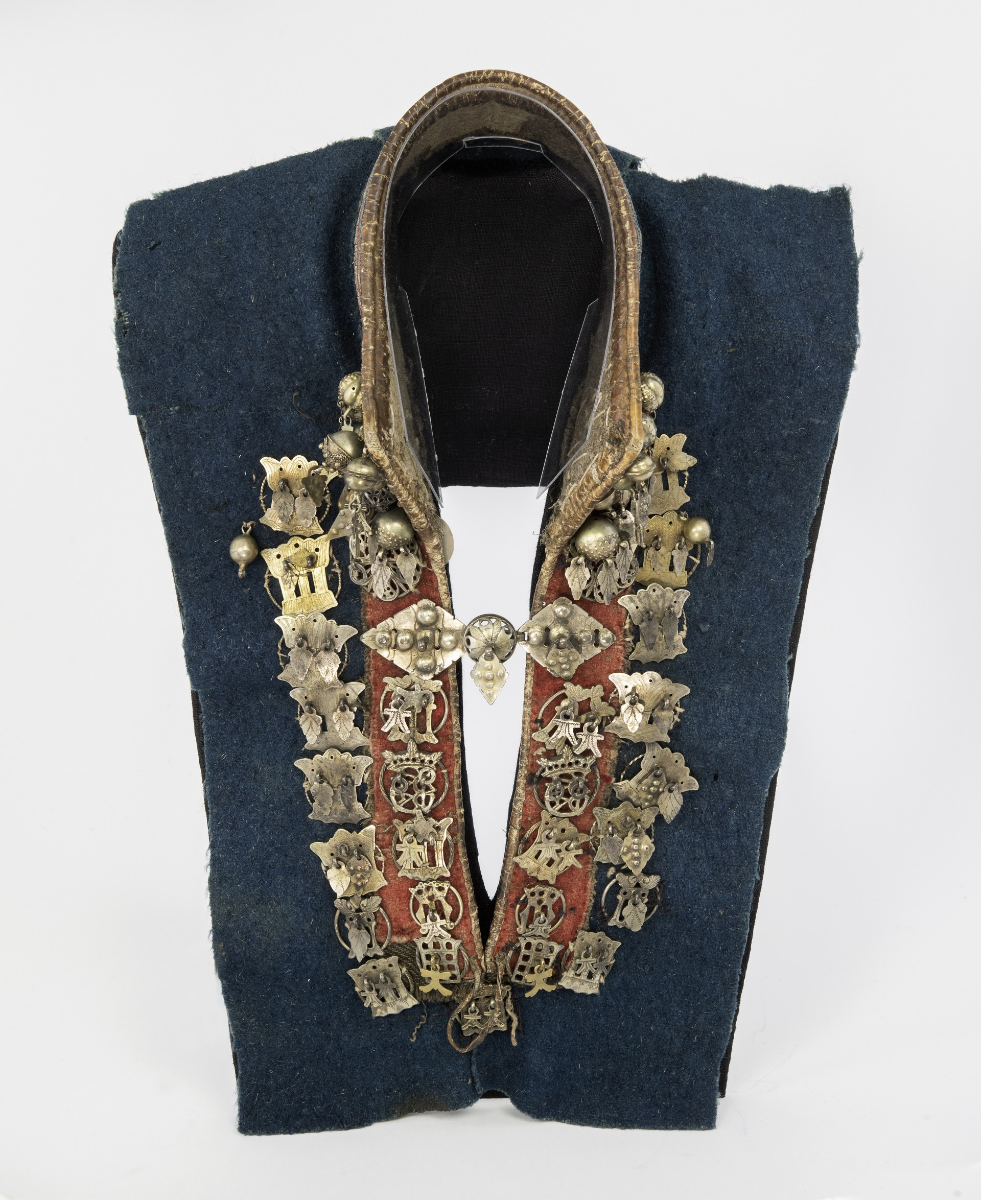 Sami silver collar. Sami women wore a silver collar at weddings and on other festive occasions. Pendants of parcel-gilt silver. Mandarin collar with pewter embroidery. Sweden, Lapland. Acquired by Nordiska museet 1903. NM.0096618. Photo: Nordiska museet