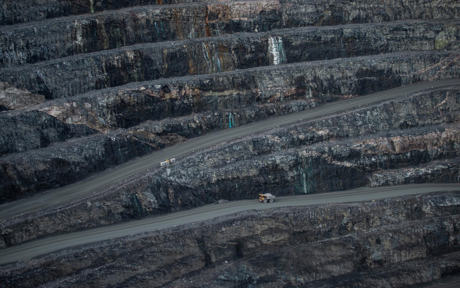 Lastbil som åker ned mot gruva, Gällivare, Sverige