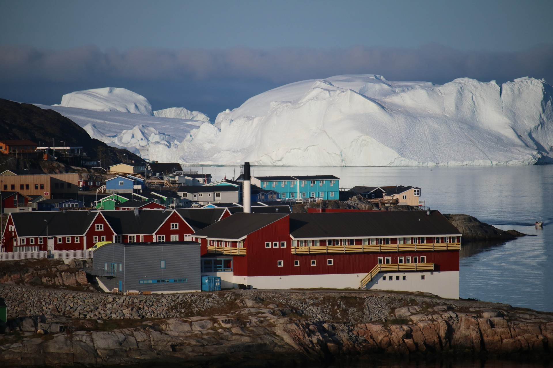 Vy över hus och isberg, Grönland. Foto: Nordiska museet
