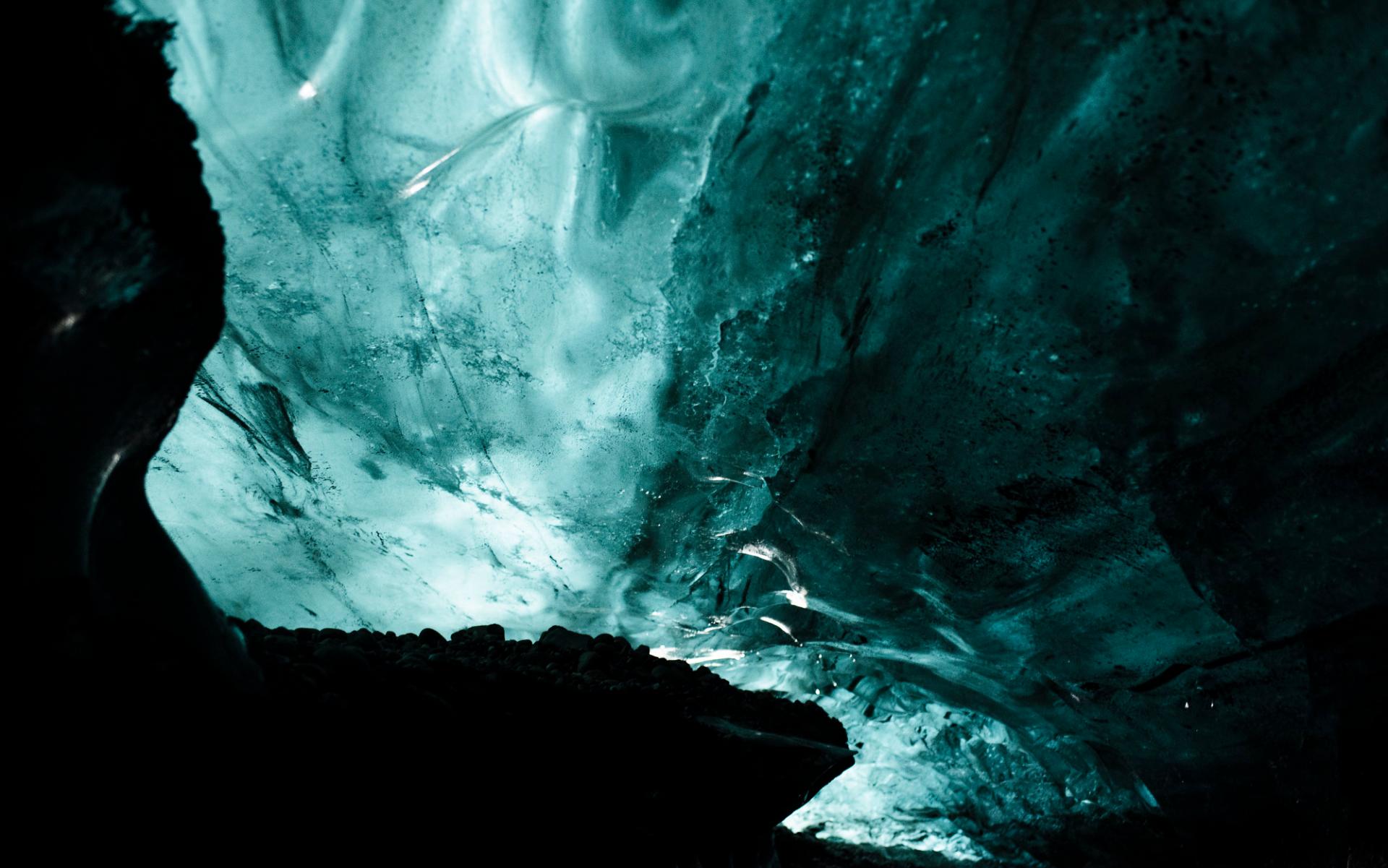 Grotta av blå is på Island