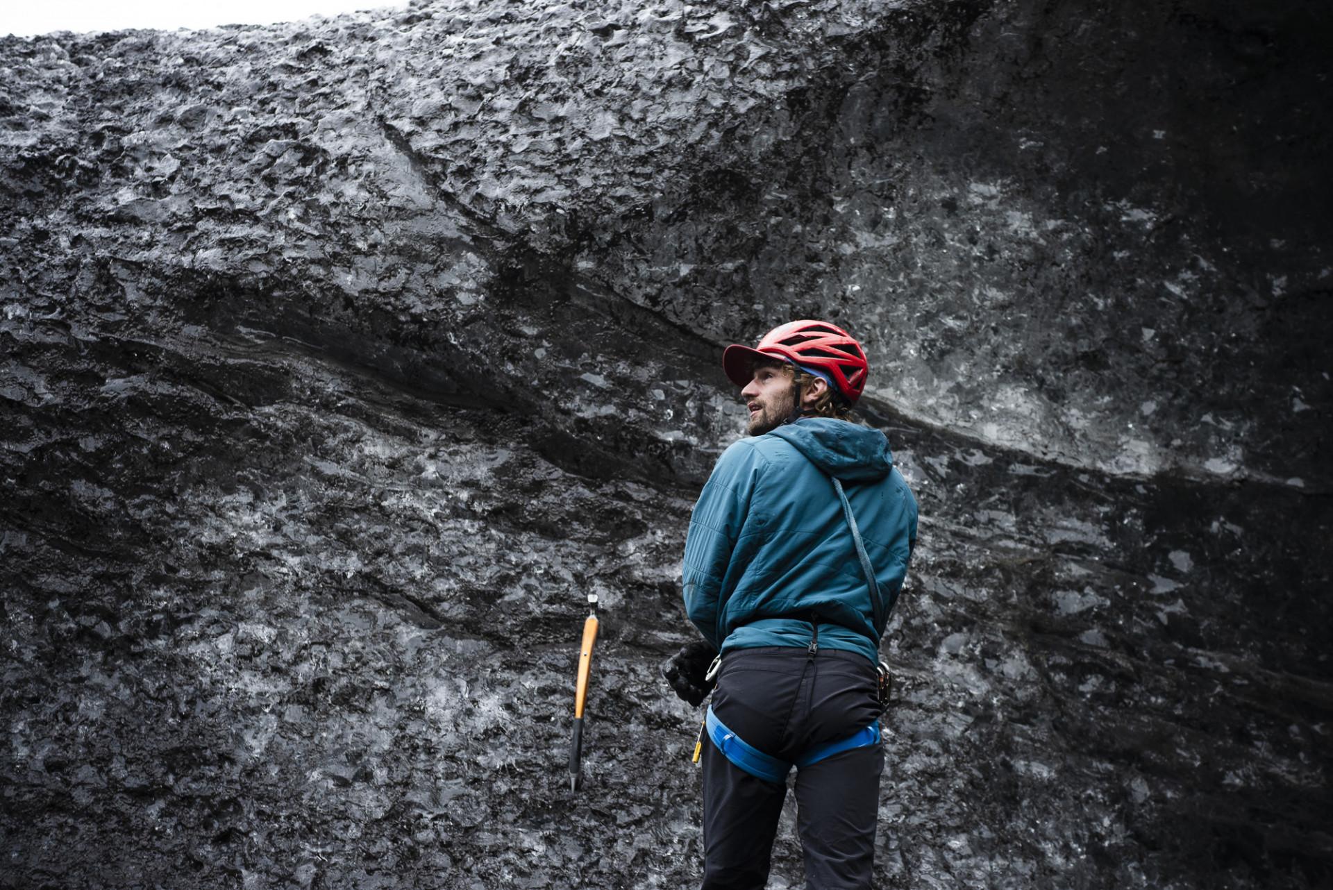 Man gör sig redo för att isklättra, Vatnajökull, Island