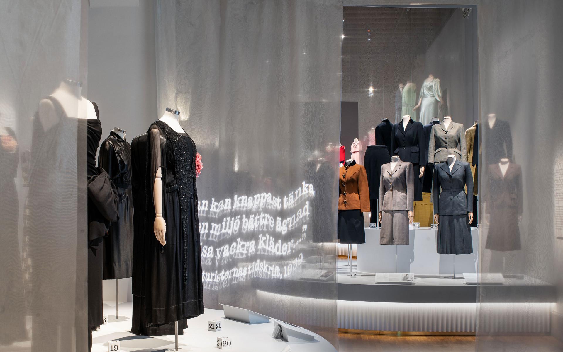 svarta klänningar på dockor och dräkter med kjol och jacka på dockor