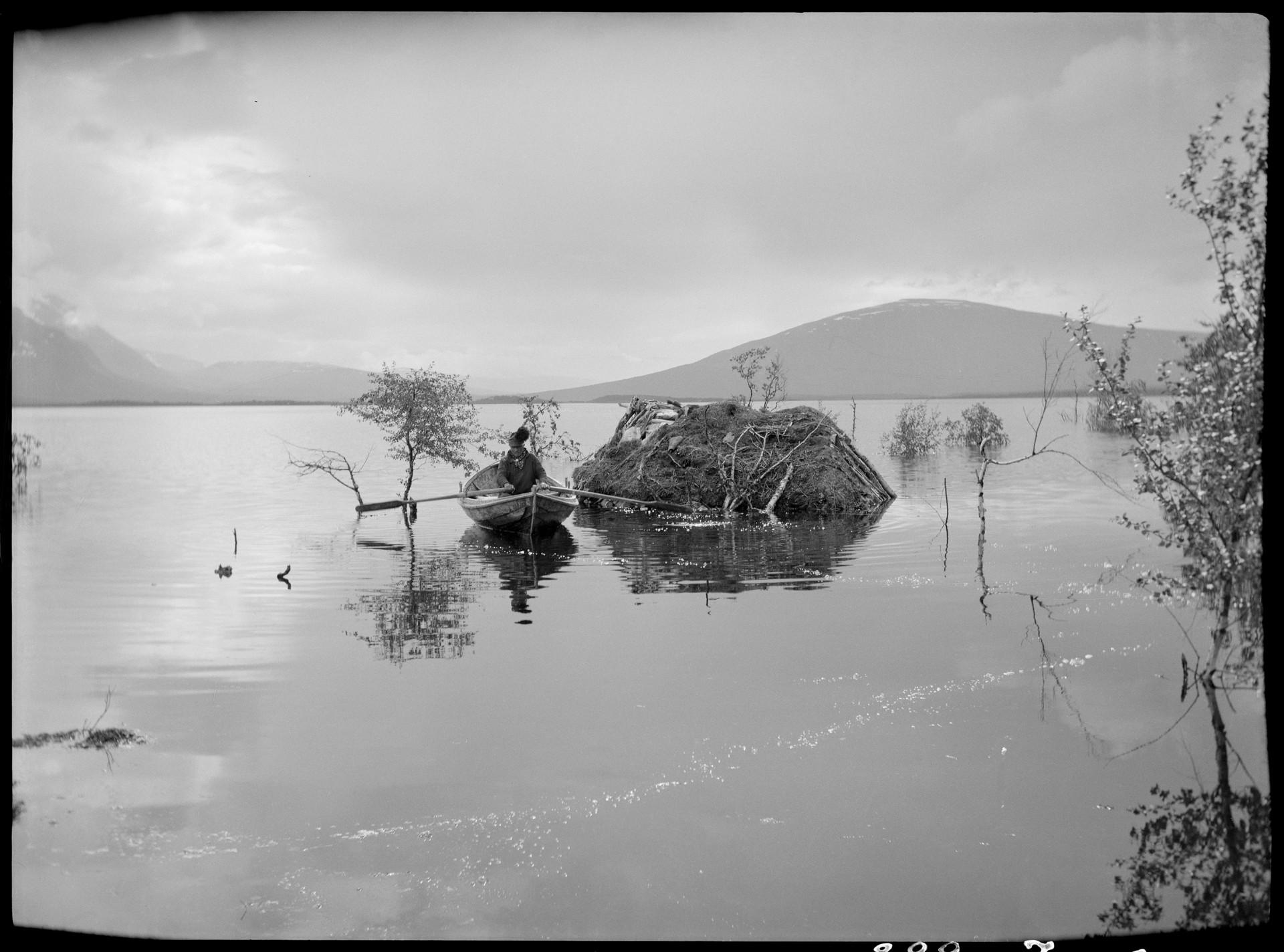 Svartvitt foto över en översvämmad boplats, Ritsemjokk, Sörkaitums sameby. 1939. Foto: Nordiska museet