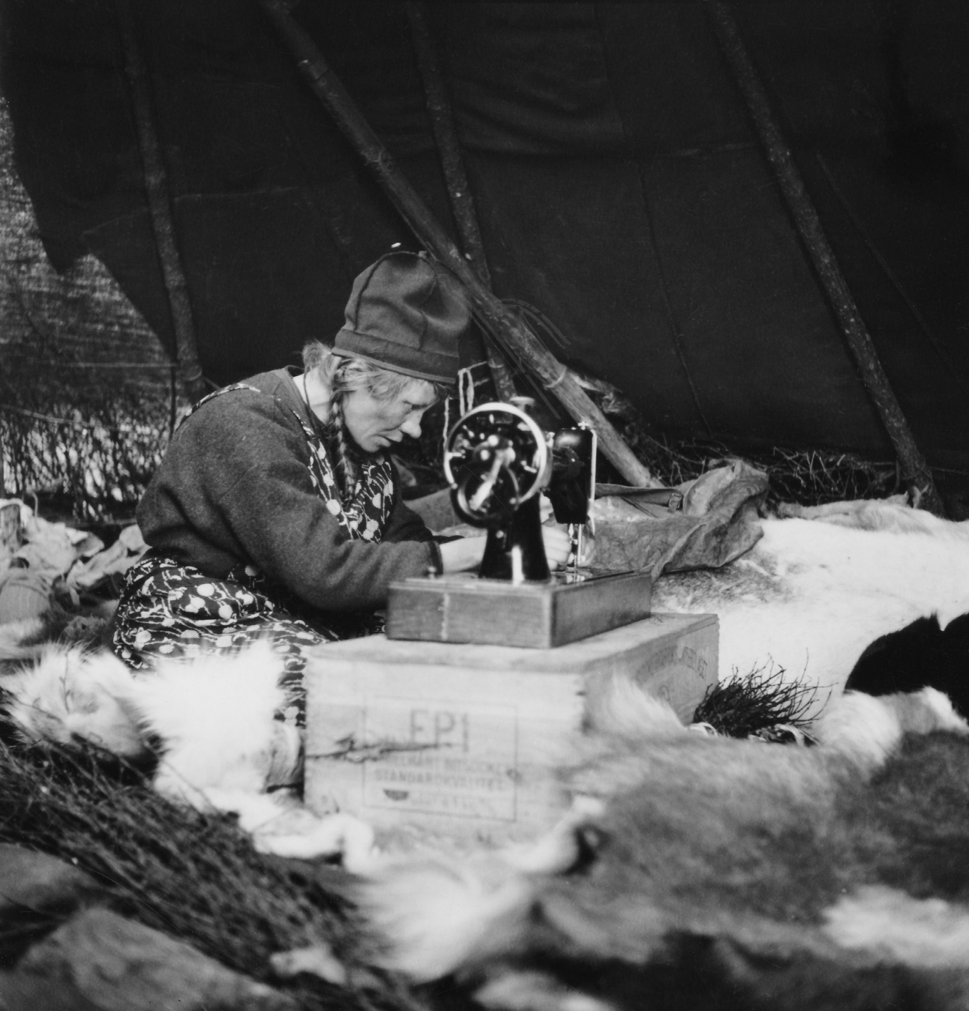 Inga Pirtsi sewing on her sewing machine. Jokkmokk Parish. Photo: Ludvig Wästfelt/ Nordiska museet
