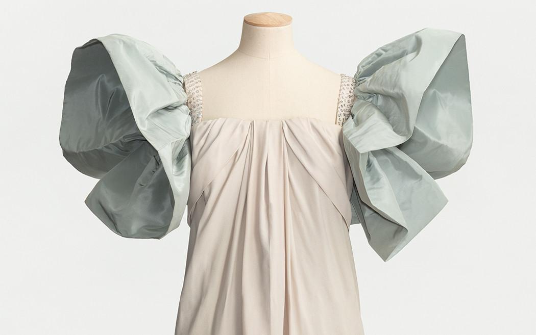 klänning med puffärmar på provdocka