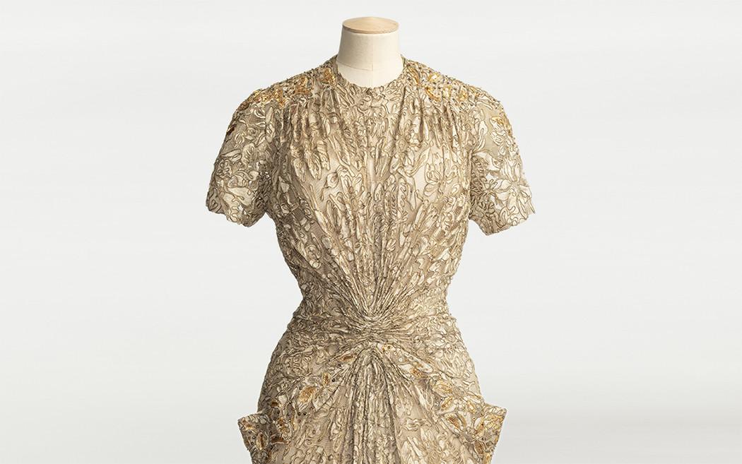 Närbild av guldfärgad klänning