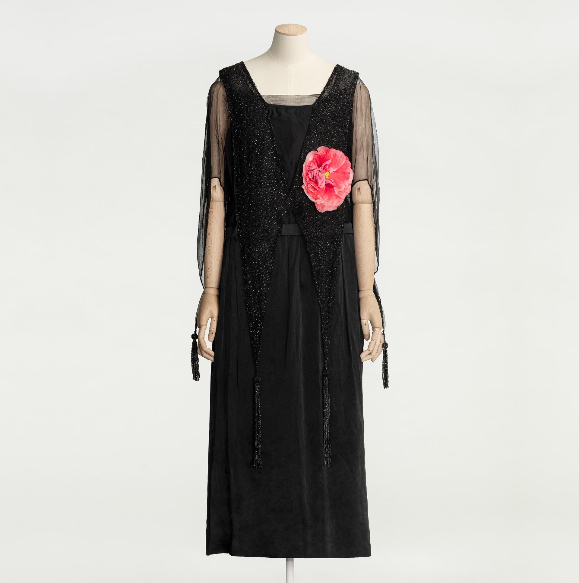 Svart klänning med rosa tygros på provdocka