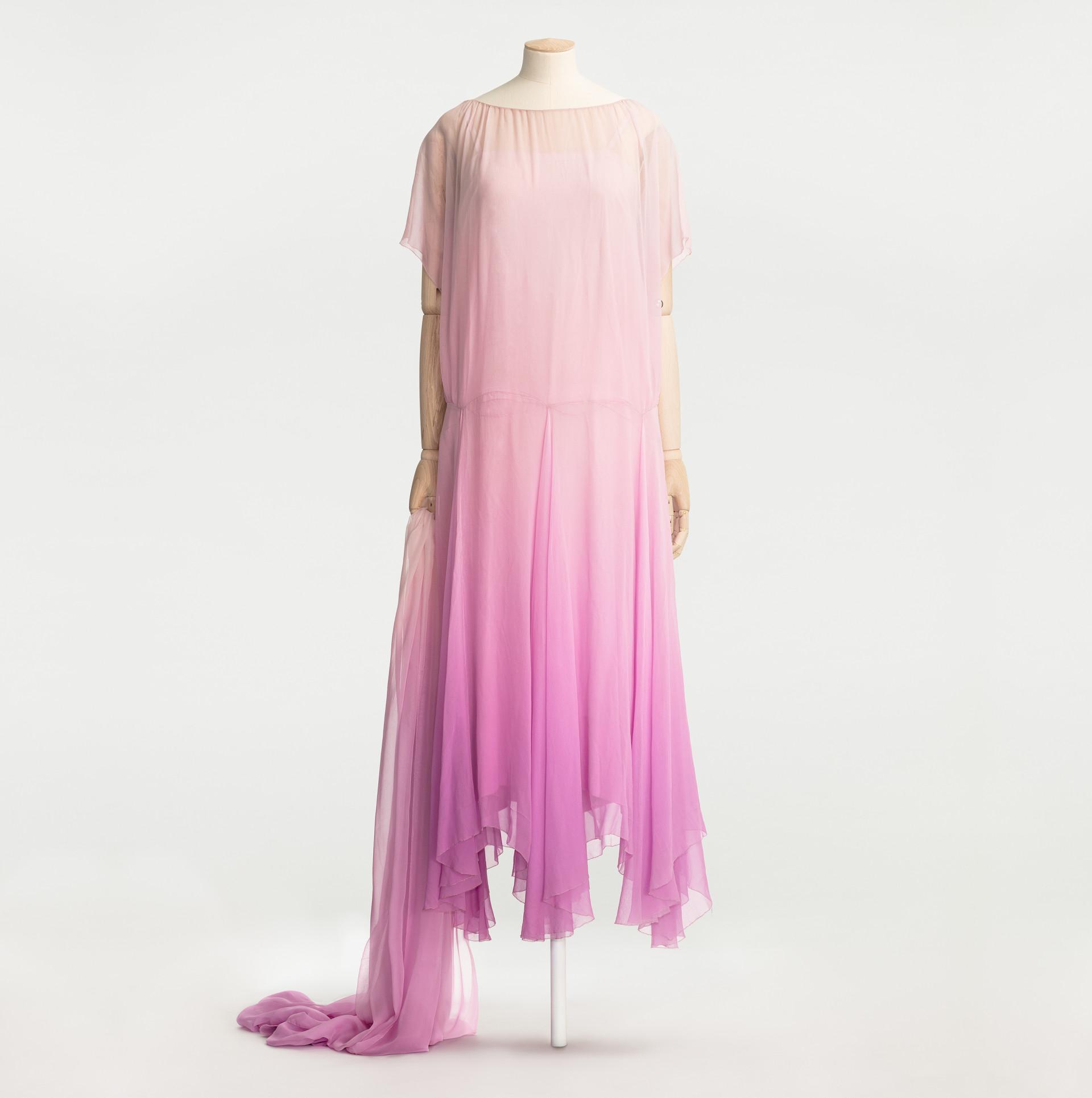 Rosa festklänning med släp på provdocka