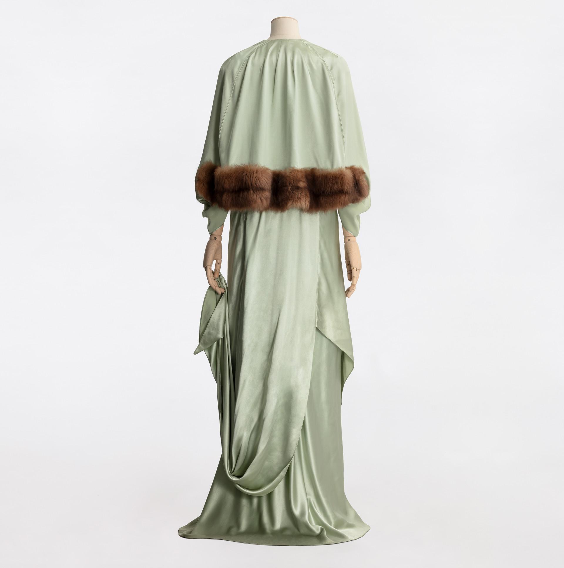 Grön balklänning på provdocka