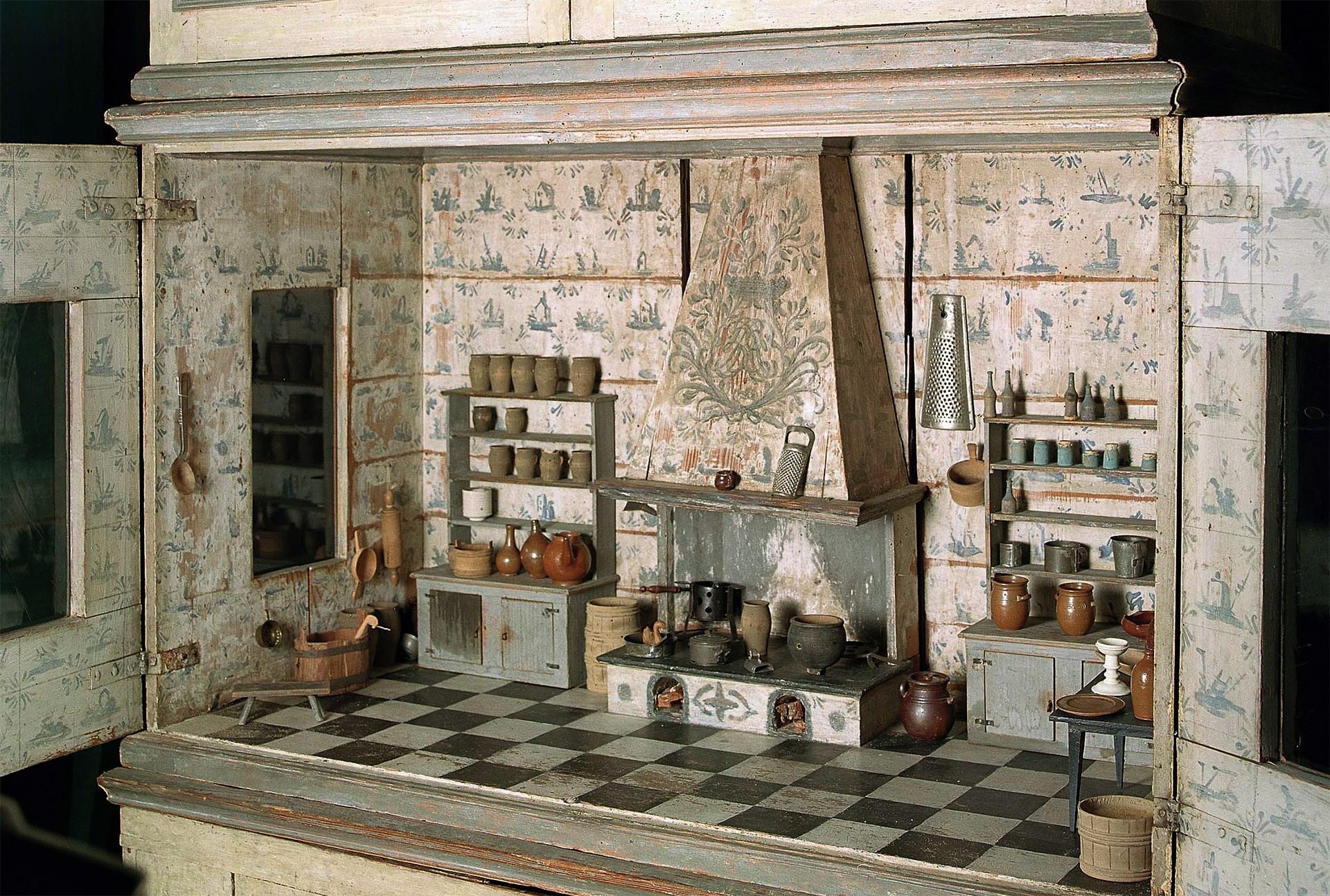Nordiska museets äldsta dockskåp från omkring 1700. Foto: Peter Segemark/ Nordiska museet.