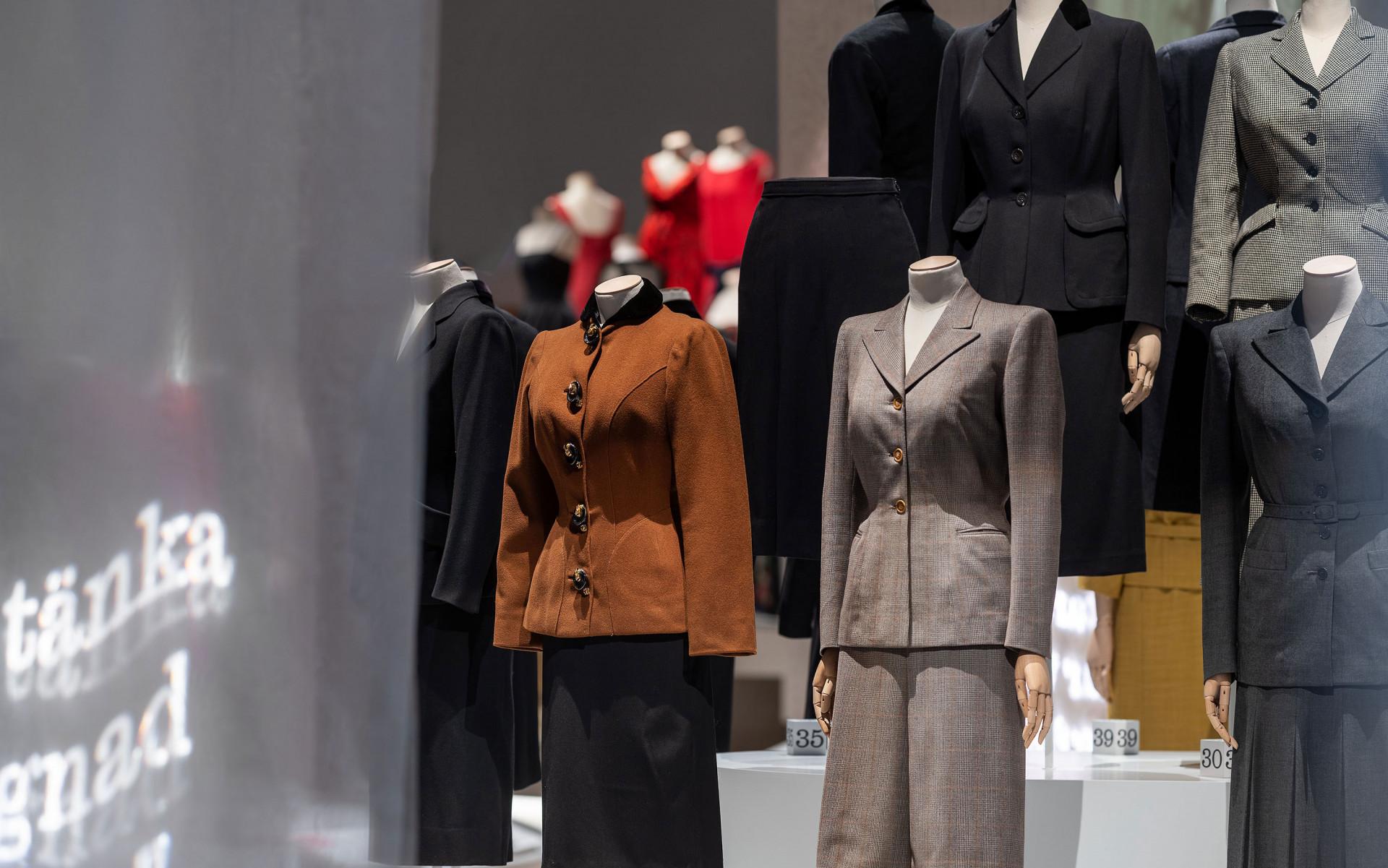 Dockor med dräkter med kjol och jacka