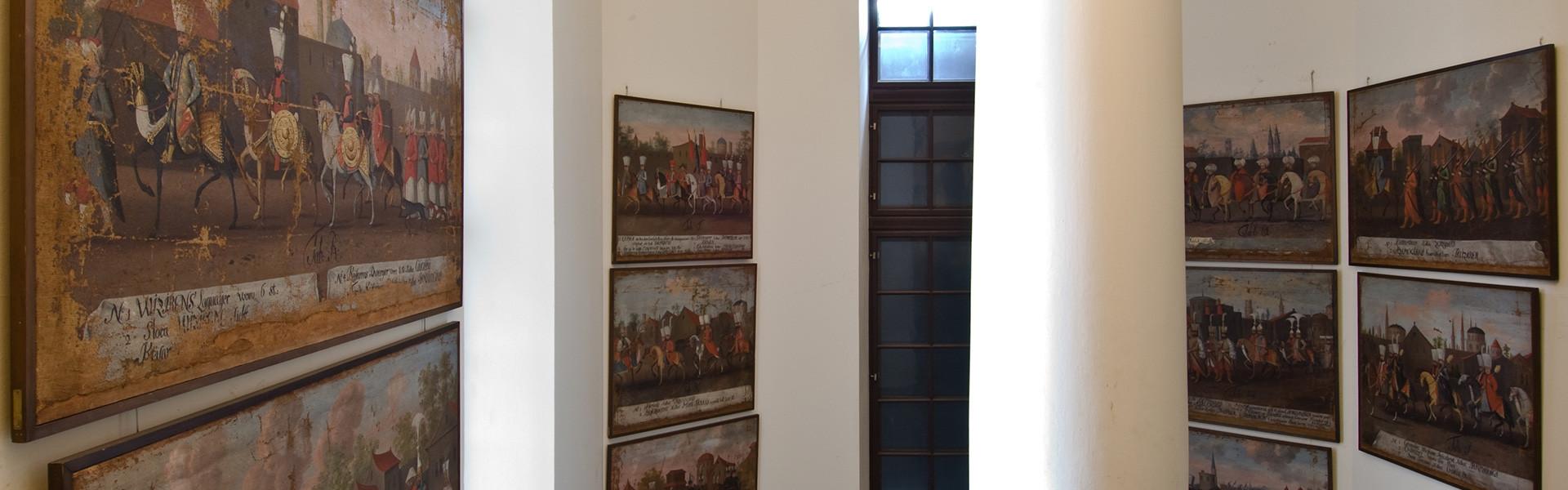 De Rålambska tavlorna på plats i trapphuset