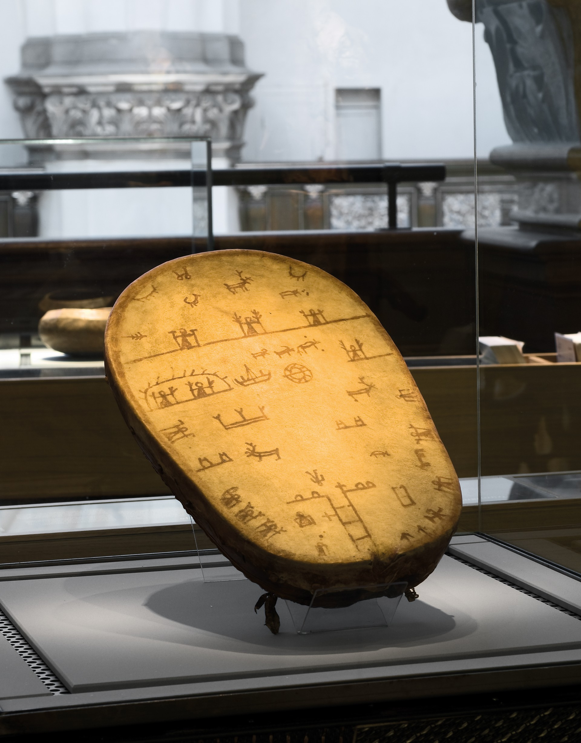 Sametrumma. Föremål i utställningen. Foto: Mats Landin/ Nordiska museet.
