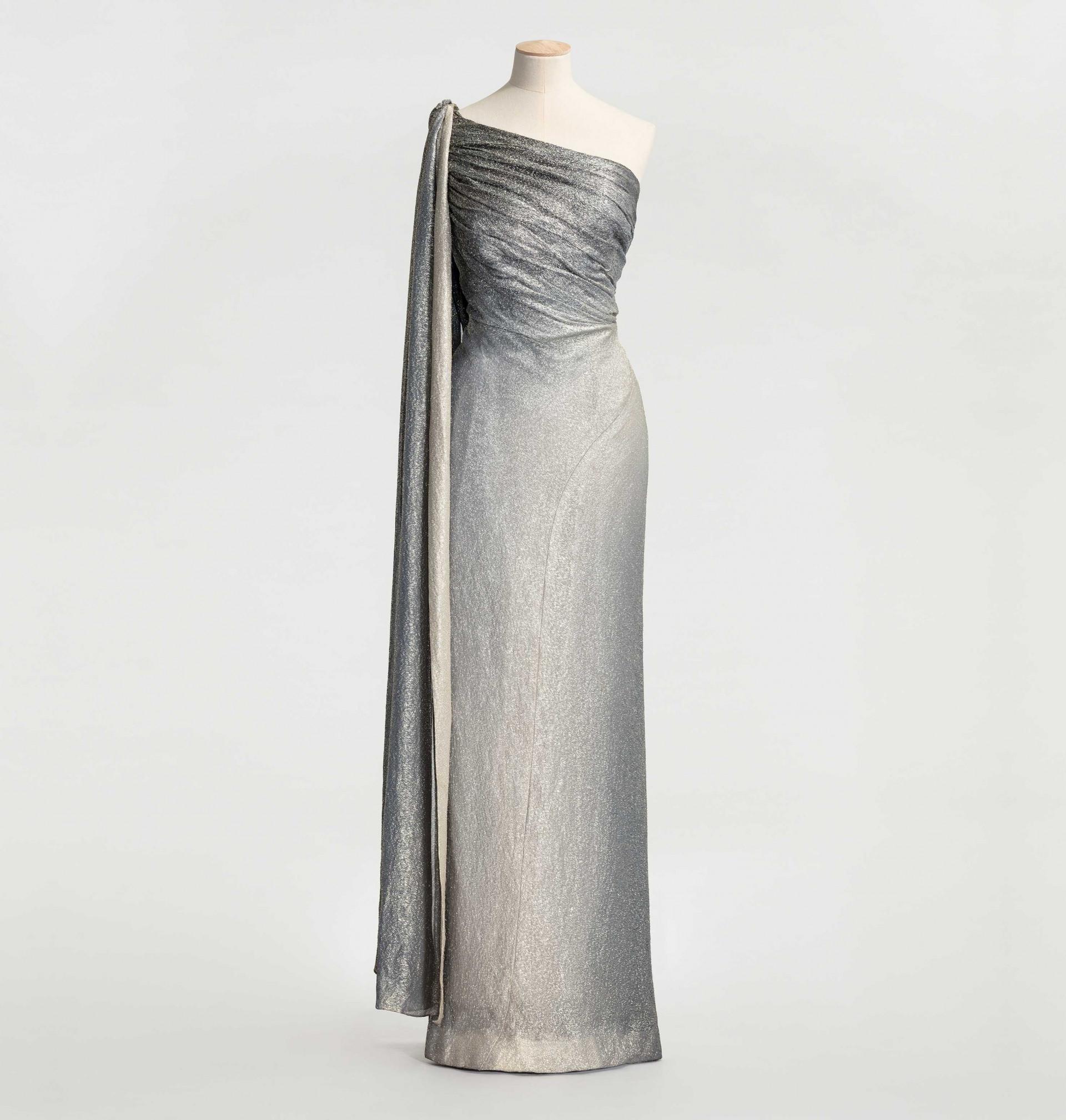 Silverskimrande klänning på provdocka