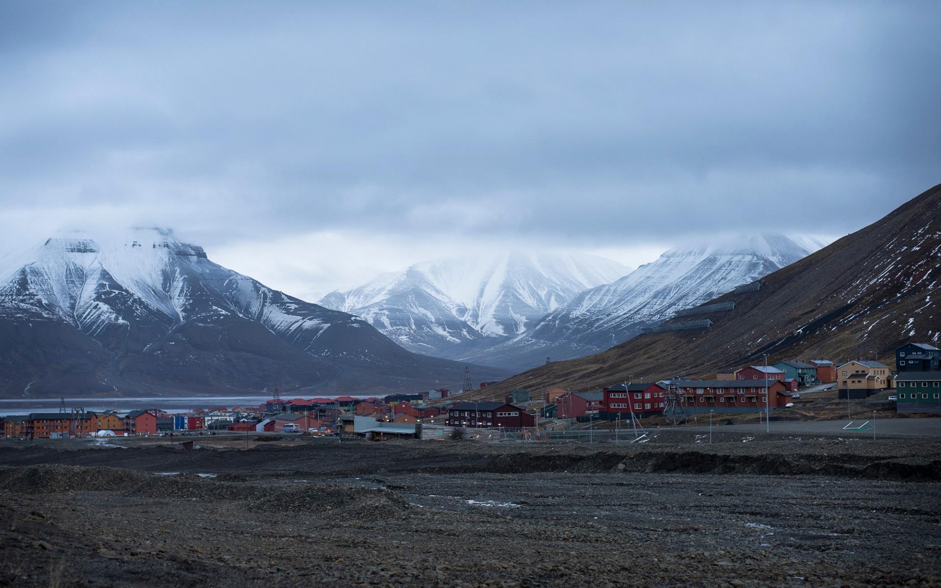 Svalbard med fjäll i bakgrunden