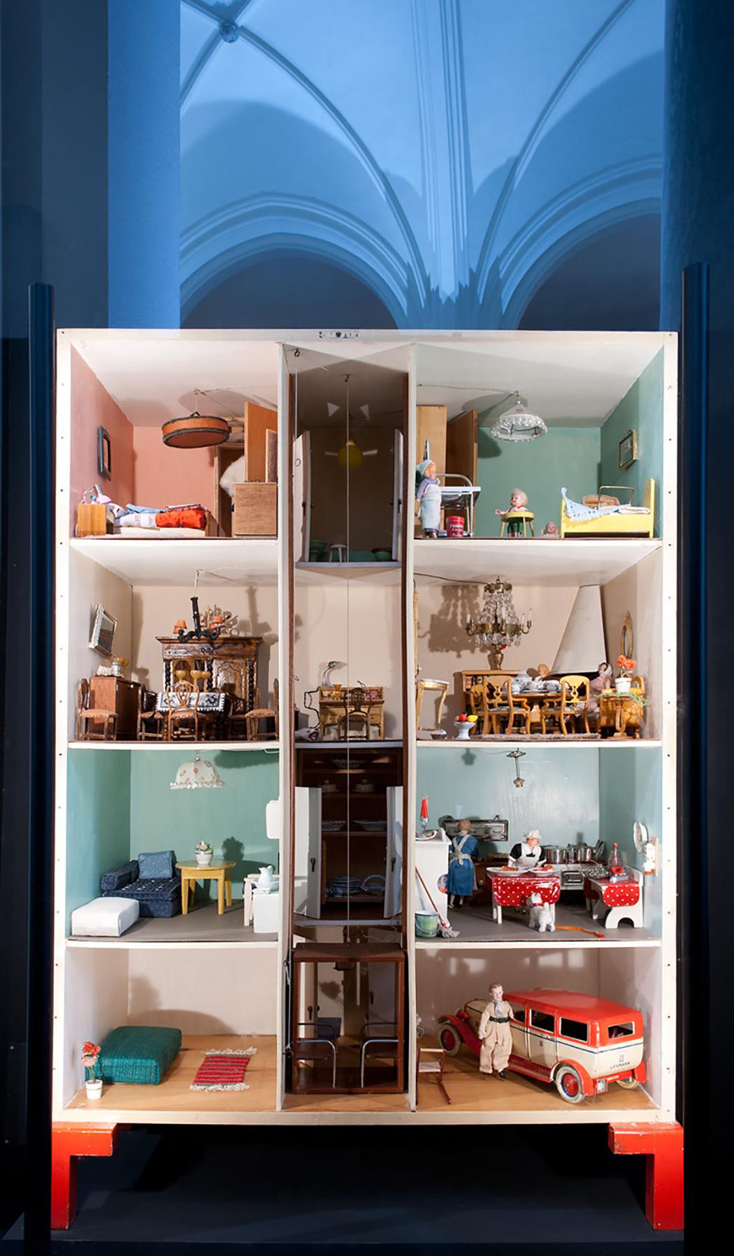 Gunvors funkishus,1936. Gunvor fick huset i present 1936 när hon var 10-årsåldern. Många av möblerna är miniatyrkopior av de som Gunvors familj hade hemma, se t.ex. de i salongen och matsalen. Dessa dockskåpsmöbler beställdes och tillverkades av Värmländskt Hantverk. Alla lampor kan tändas och släckas var för sig och hissen går att dra upp och ner. Själva fasaden är inspirerad av det första kollektivhuset på John Ericssonsgatan i Stockholm. Foto: Karolina Kristensson/ Nordiska museet.