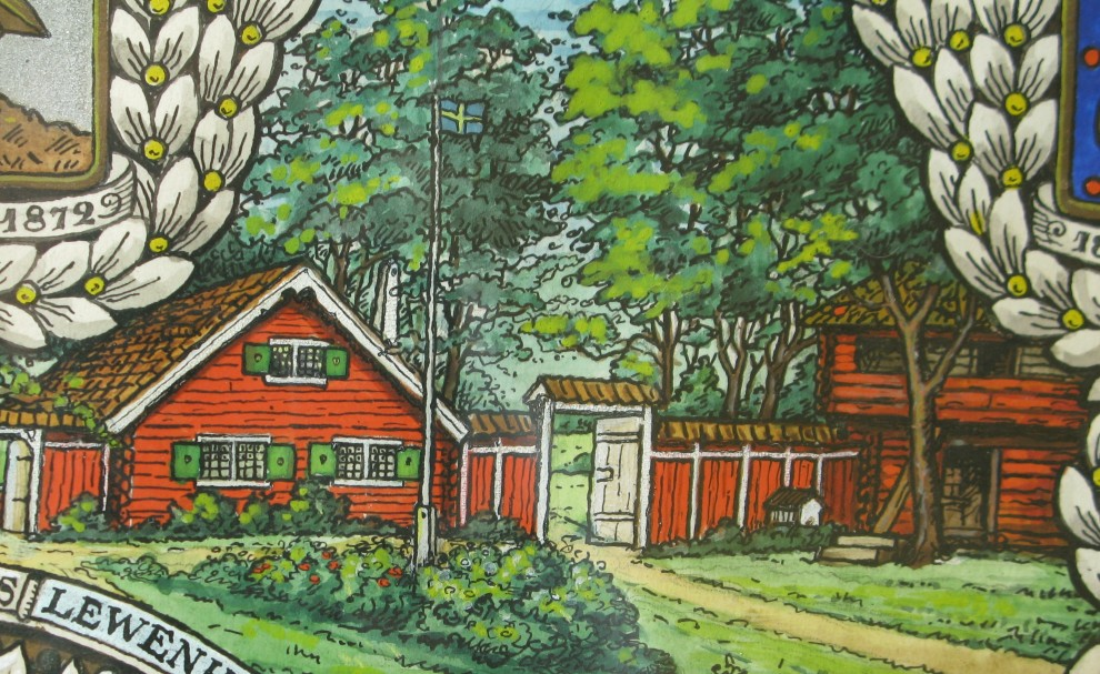 Fotografi av detalj från en tavla som hänger i Stora huset. Tavlan är daterad 1911 och visar bland annat Julita skans med Smedjestugan och Davikaboden. Mellan byggnaderna syns en del av det staket som löpte kring området. Foto: Mari Modig, Nordiska museet.