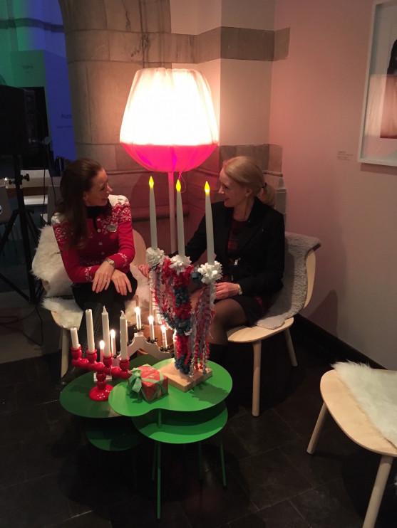 Cecilia Wallquist och jag talar om julens ljus förr och nu. Foto: Rebecca Suur-Nuuja.